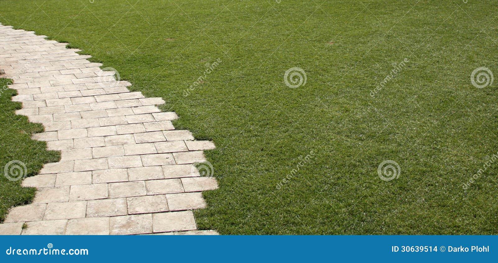 jardin de dalle avec la pelouse d 39 herbe images stock. Black Bedroom Furniture Sets. Home Design Ideas