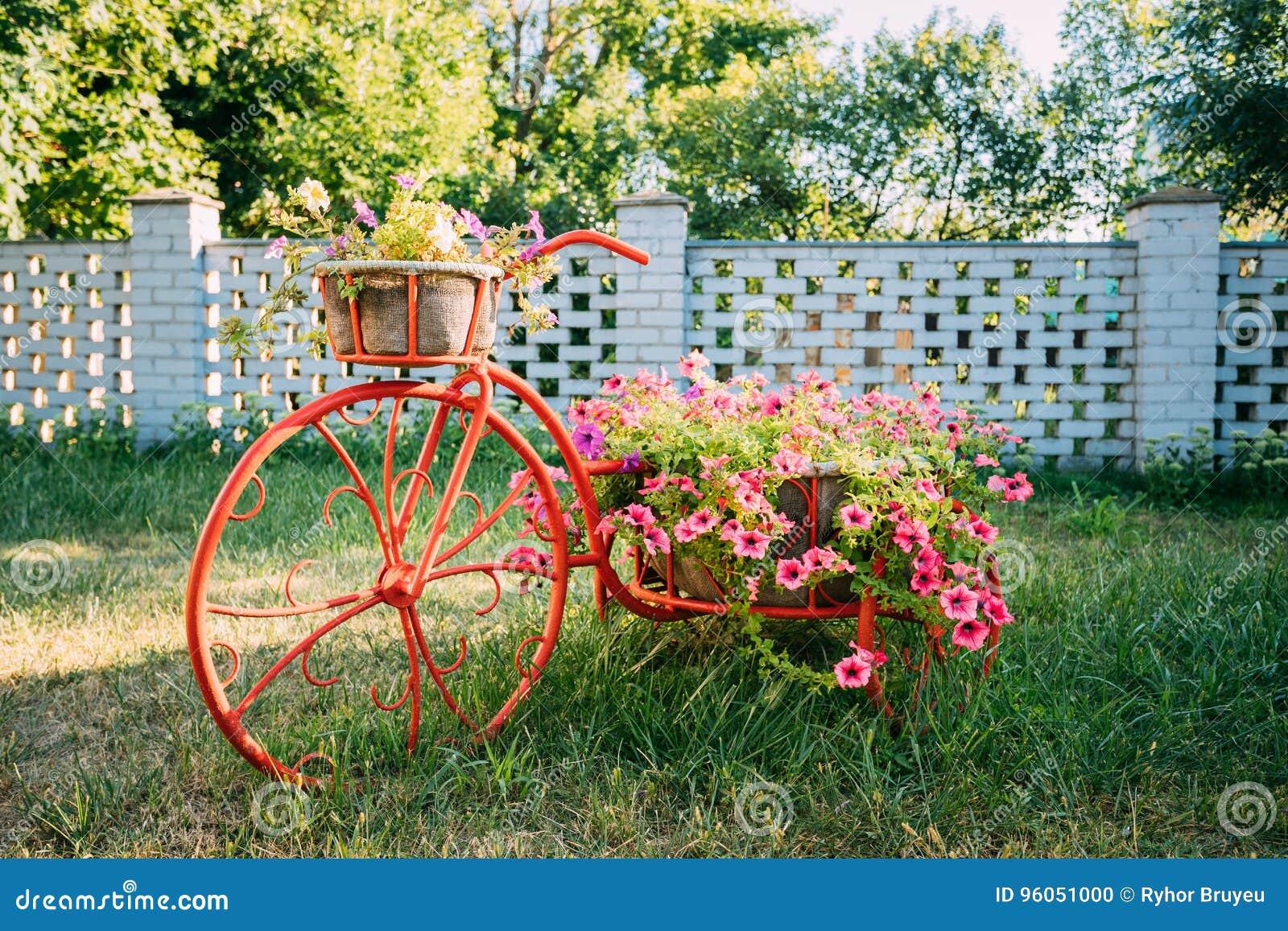 Jardin de fleurs décoratif de panier d Old Bicycle Equipped de modèle de vintage