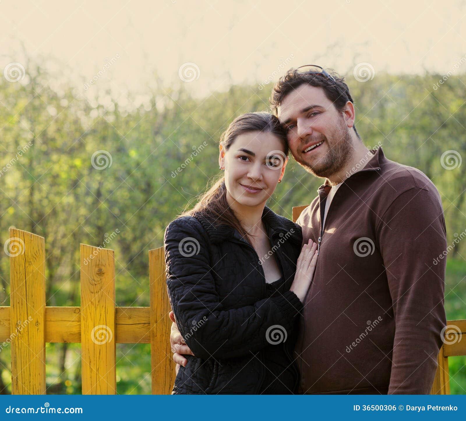 Jardin de sourire heureux de couples au printemps