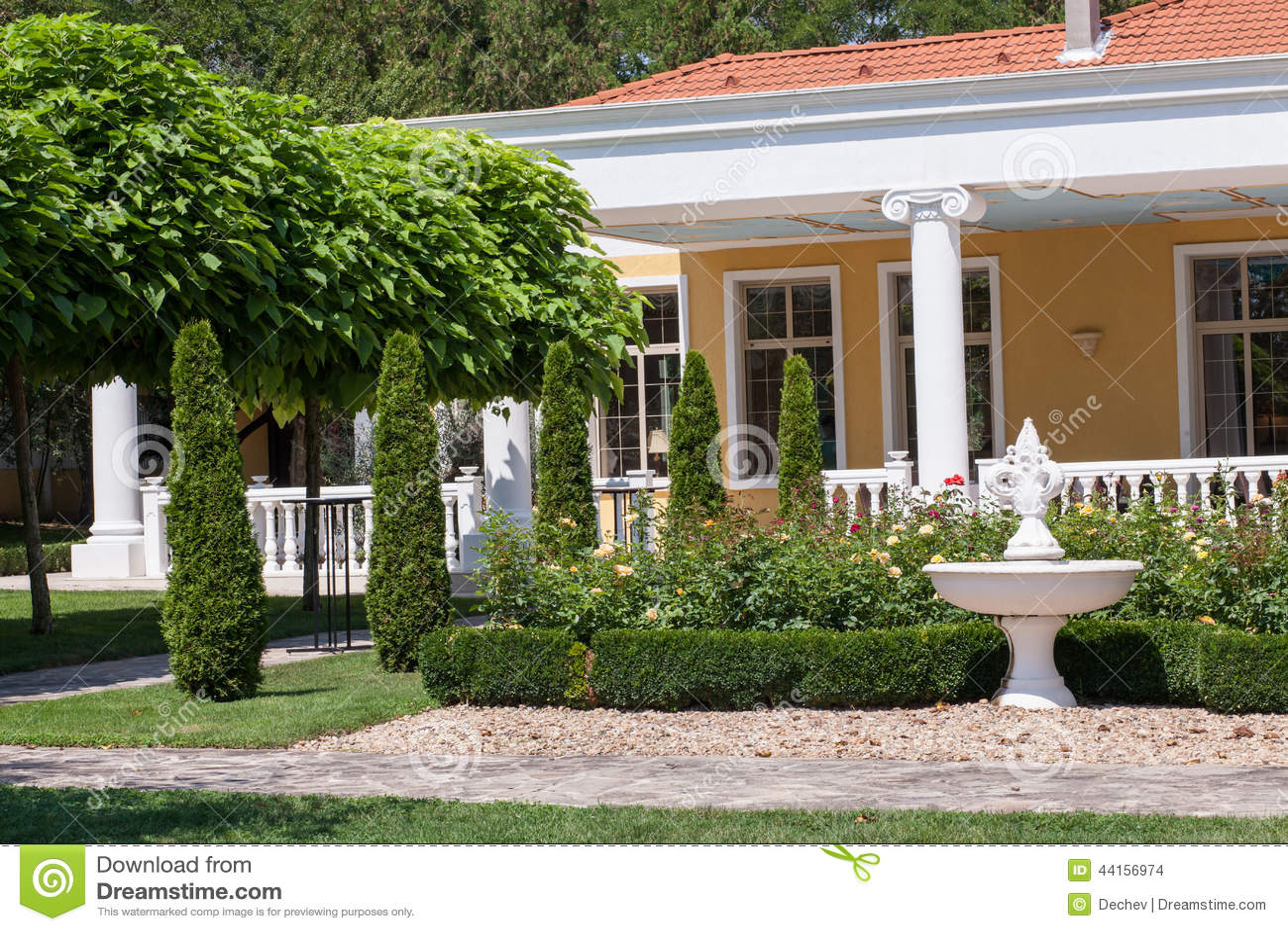 Jardin devant une maison de villa photo stock image 44156974 - Jardin dans une maison poitiers ...
