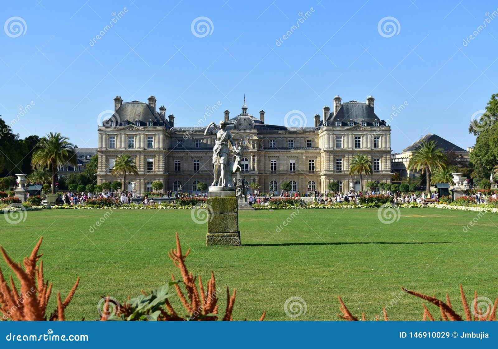 Jardin du Λουξεμβούργο, κήποι και παλάτι, χλόη, λουλούδια και άγαλμα, ηλιόλουστη ημέρα, μπλε ουρανός Παρίσι, Γαλλία, στις 15 Αυγο