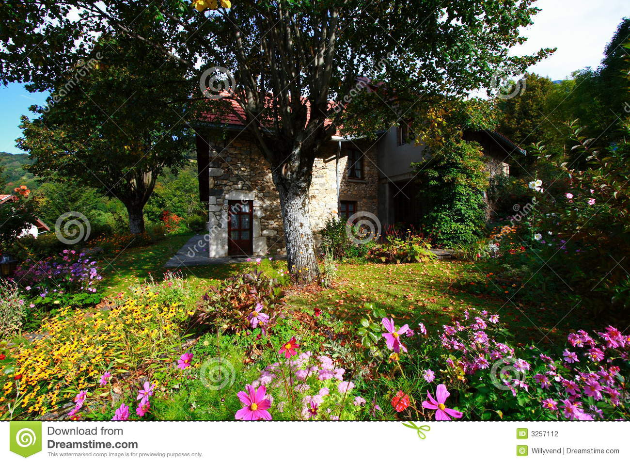 Jardin et maison fleuris photo stock image du normal for Jardin et