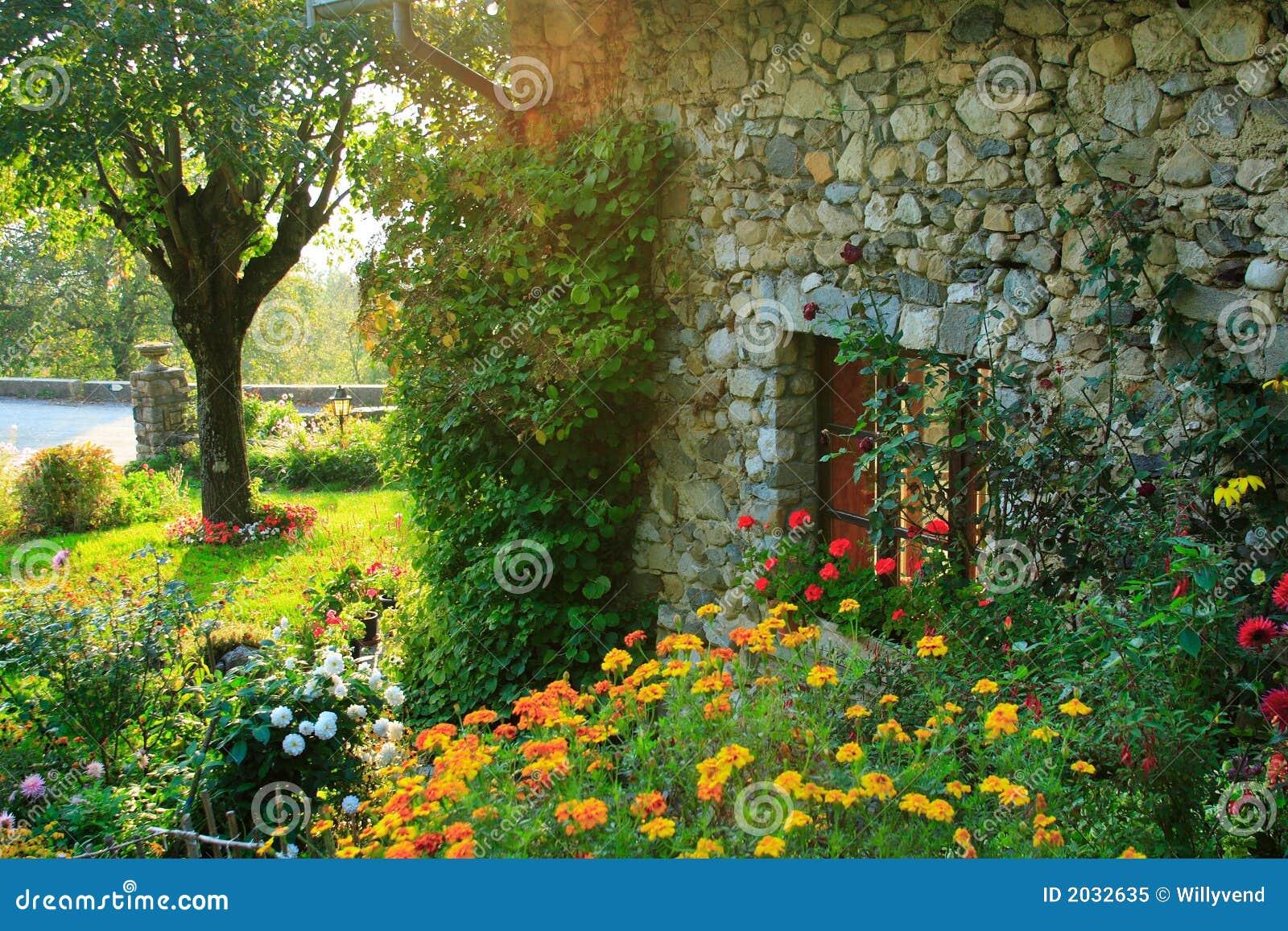 Jardin et vieille maison image stock image du fleur herbe 2032635 - Maison jardin des plantes rouen ...