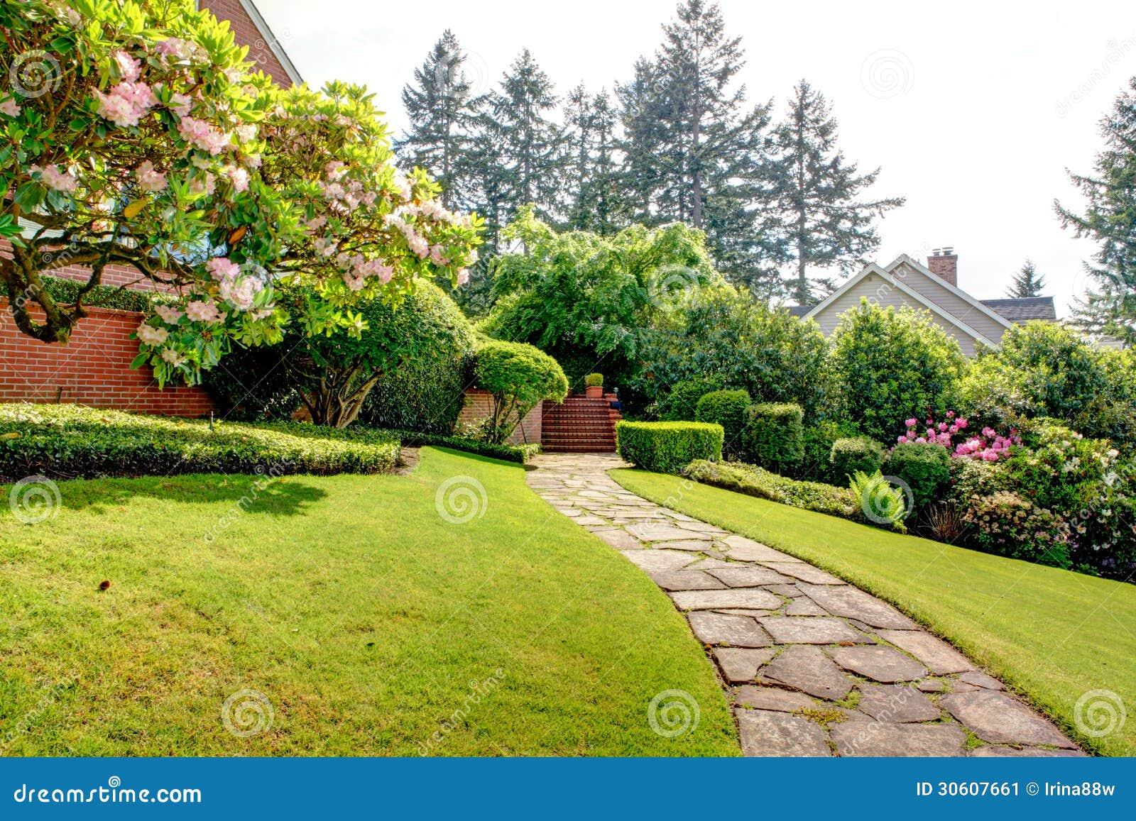 Jardin À L Américaine jardin et voie de ressort près de maison. nord-ouest