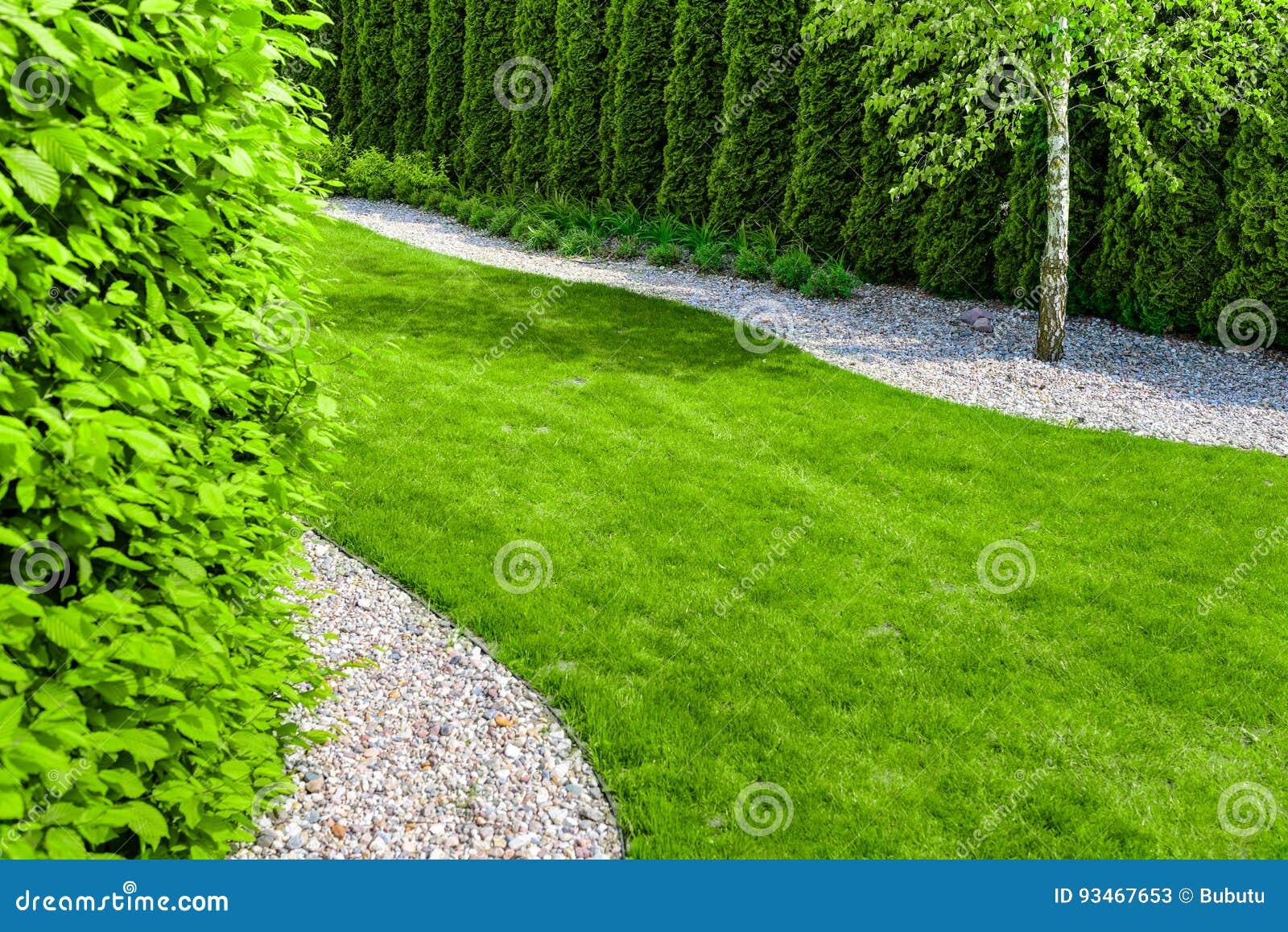 Jardin Formel Avec Un Chemin De Petites Pierres, De Bordure ...