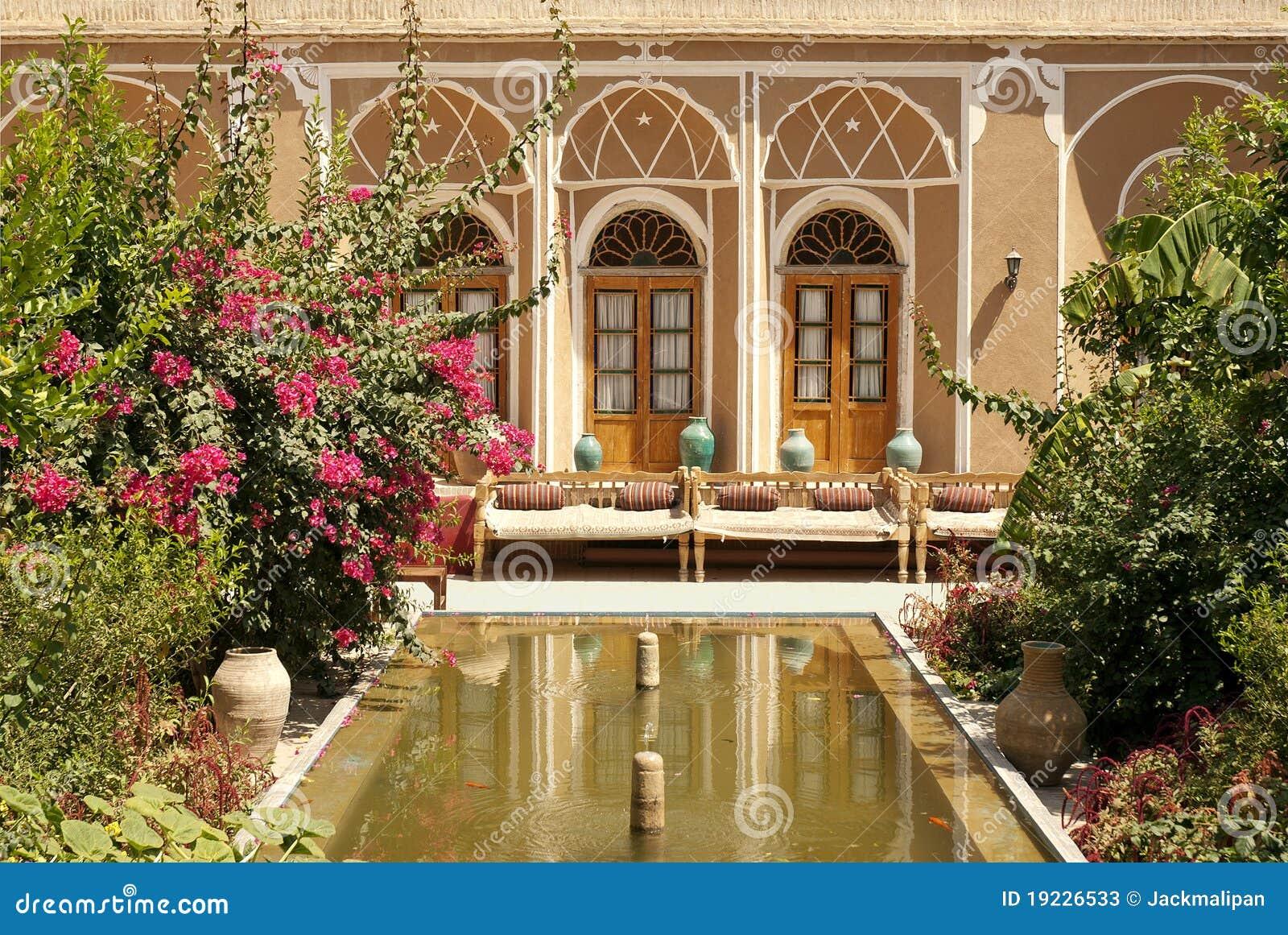Jardin intérieur à la maison dans le yazd iran photos stock