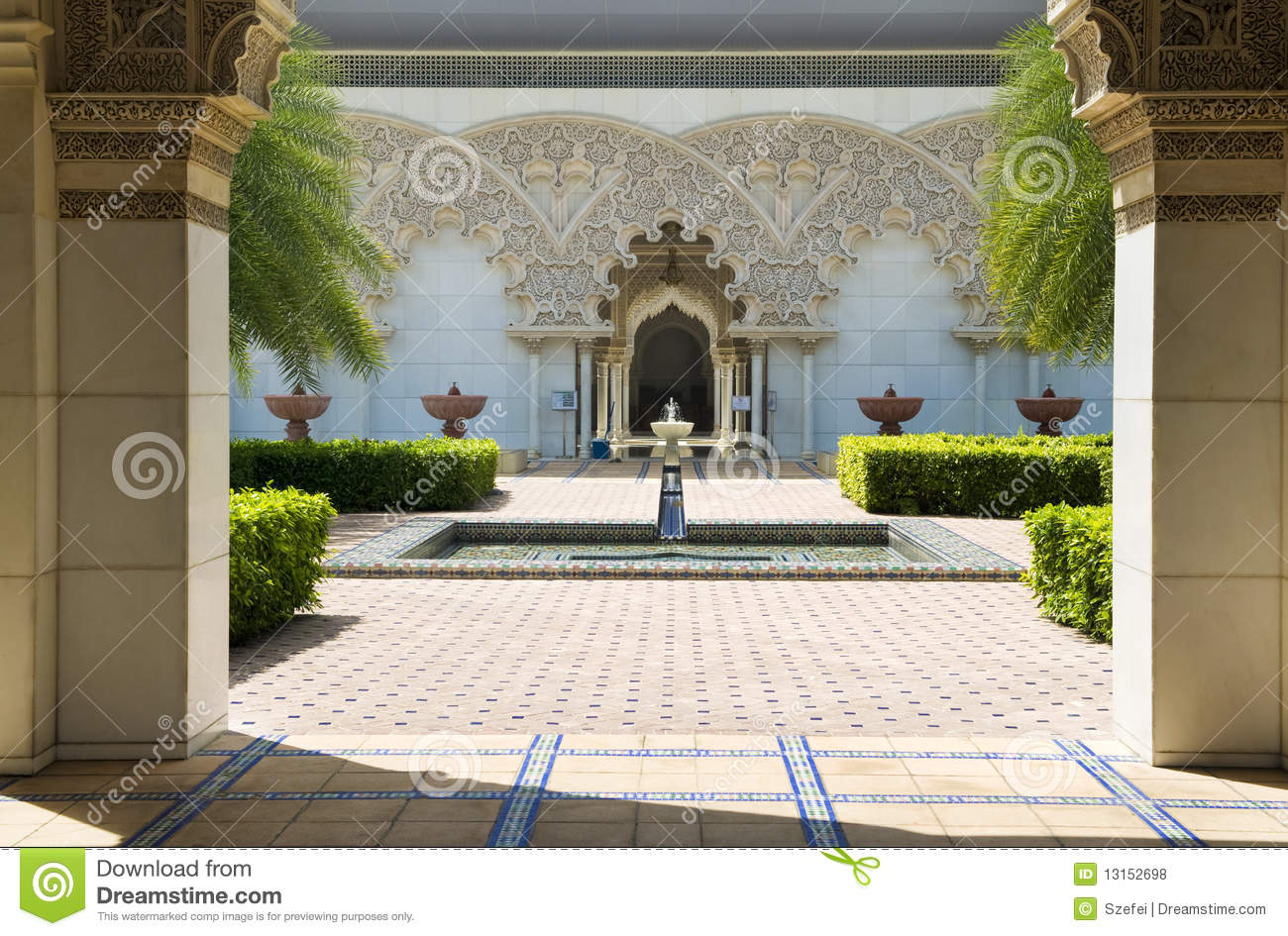 Jardin int rieur d 39 architecture marocaine photos libres de for Jardin interieur