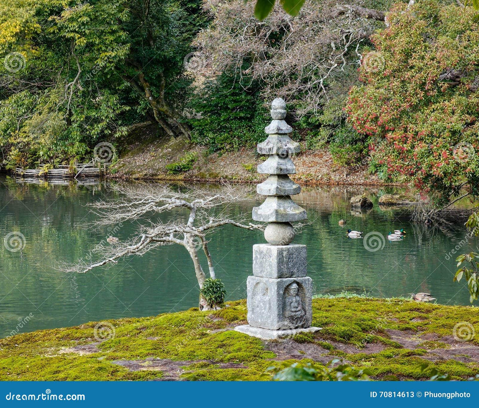 Jardin Japonais Avec La Tour En Pierre Au Temple De Kinkaku A Kyoto
