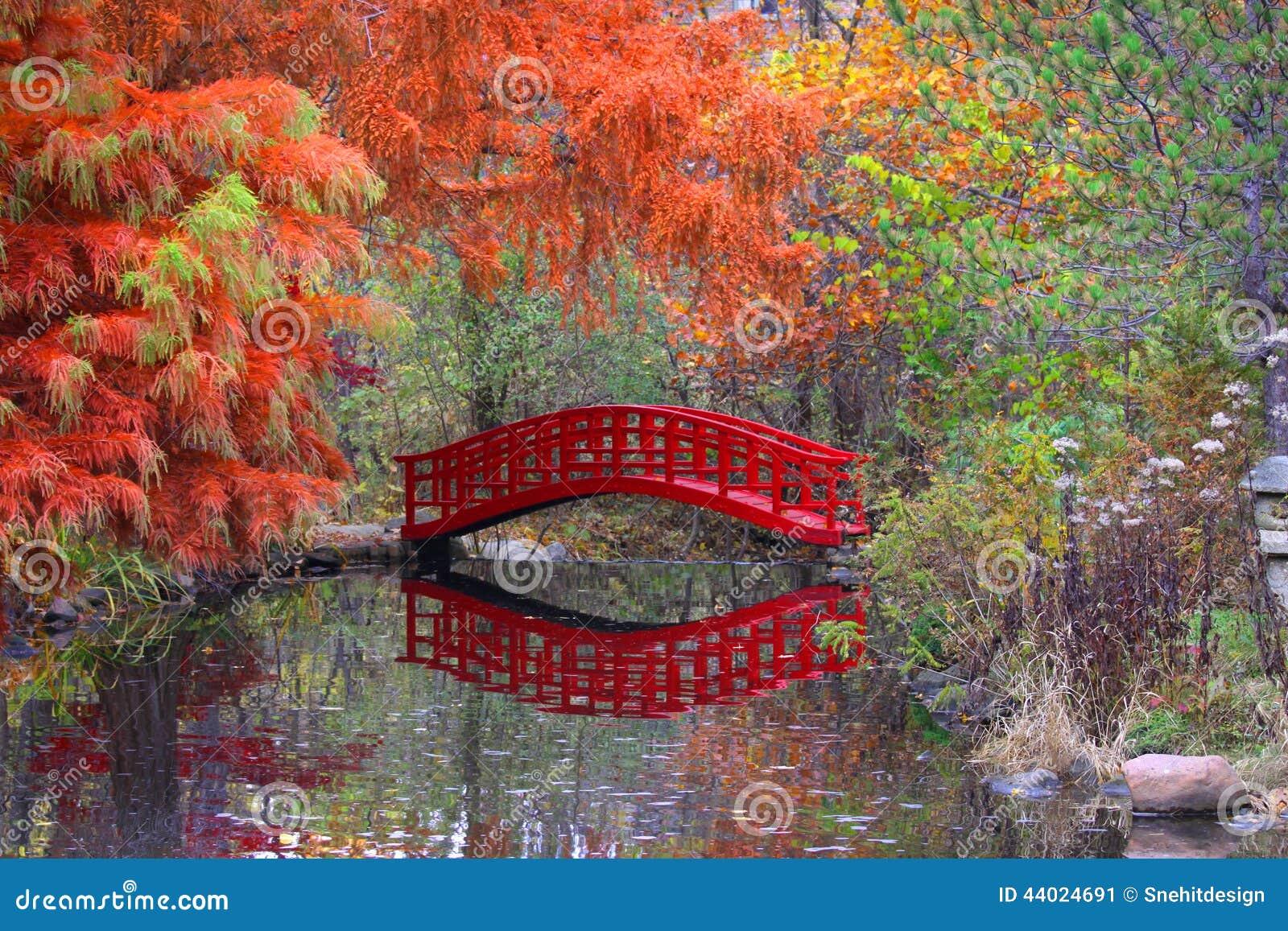 Jardin japonais dans le temps d 39 automne photo stock for Jardin japonais fond d ecran