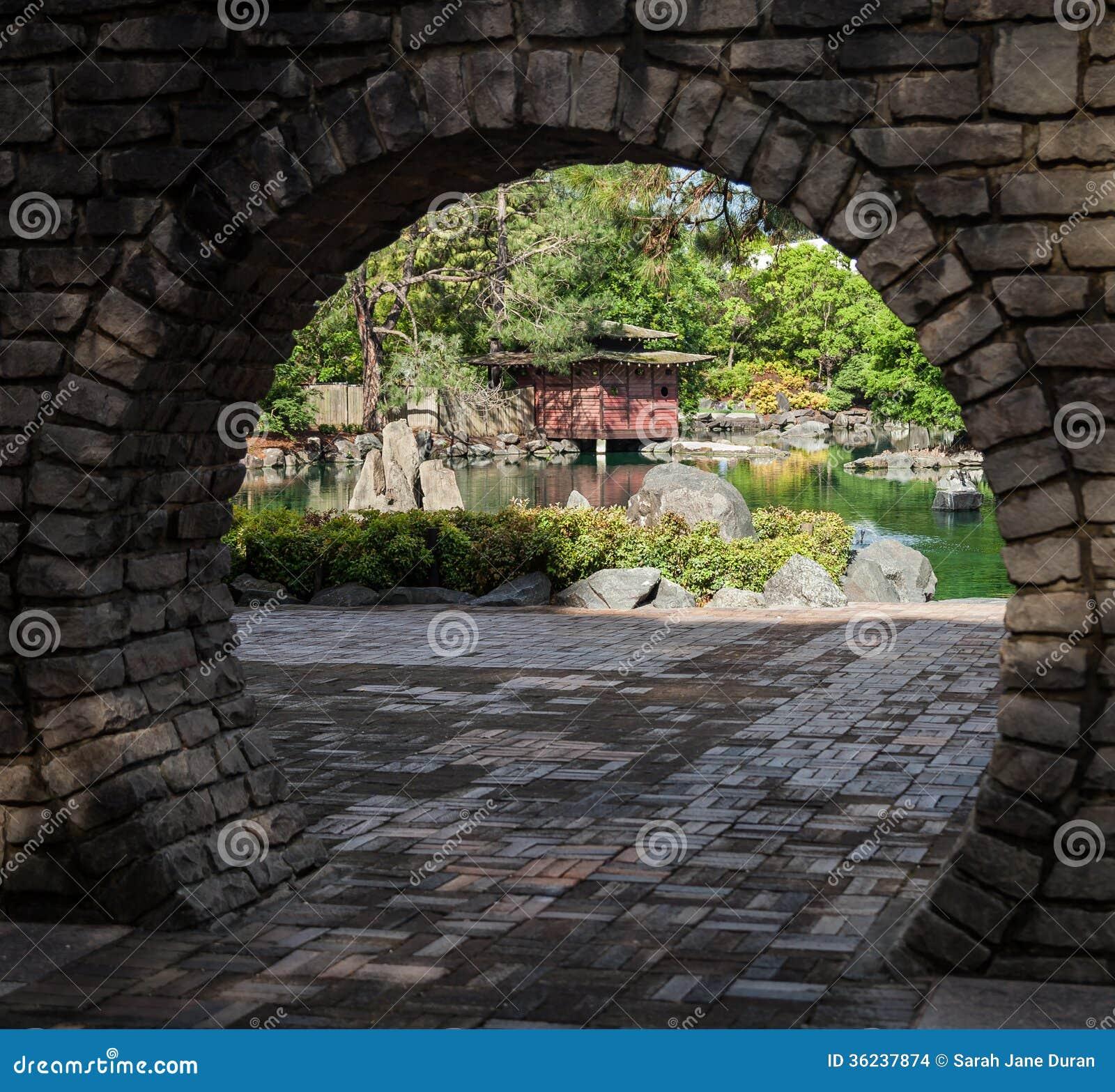 Jardin japonais par la porte de lune images stock image for Jardin et la lune
