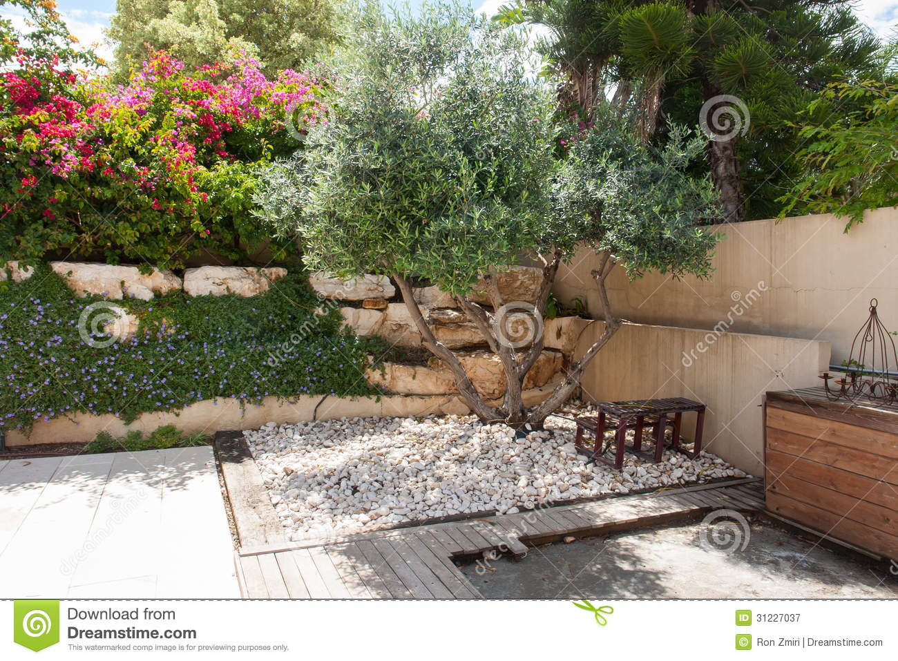 Jardin m diterran en classique de beauatiful photographie stock libre de droits image 31227037 for Zen terras layouts