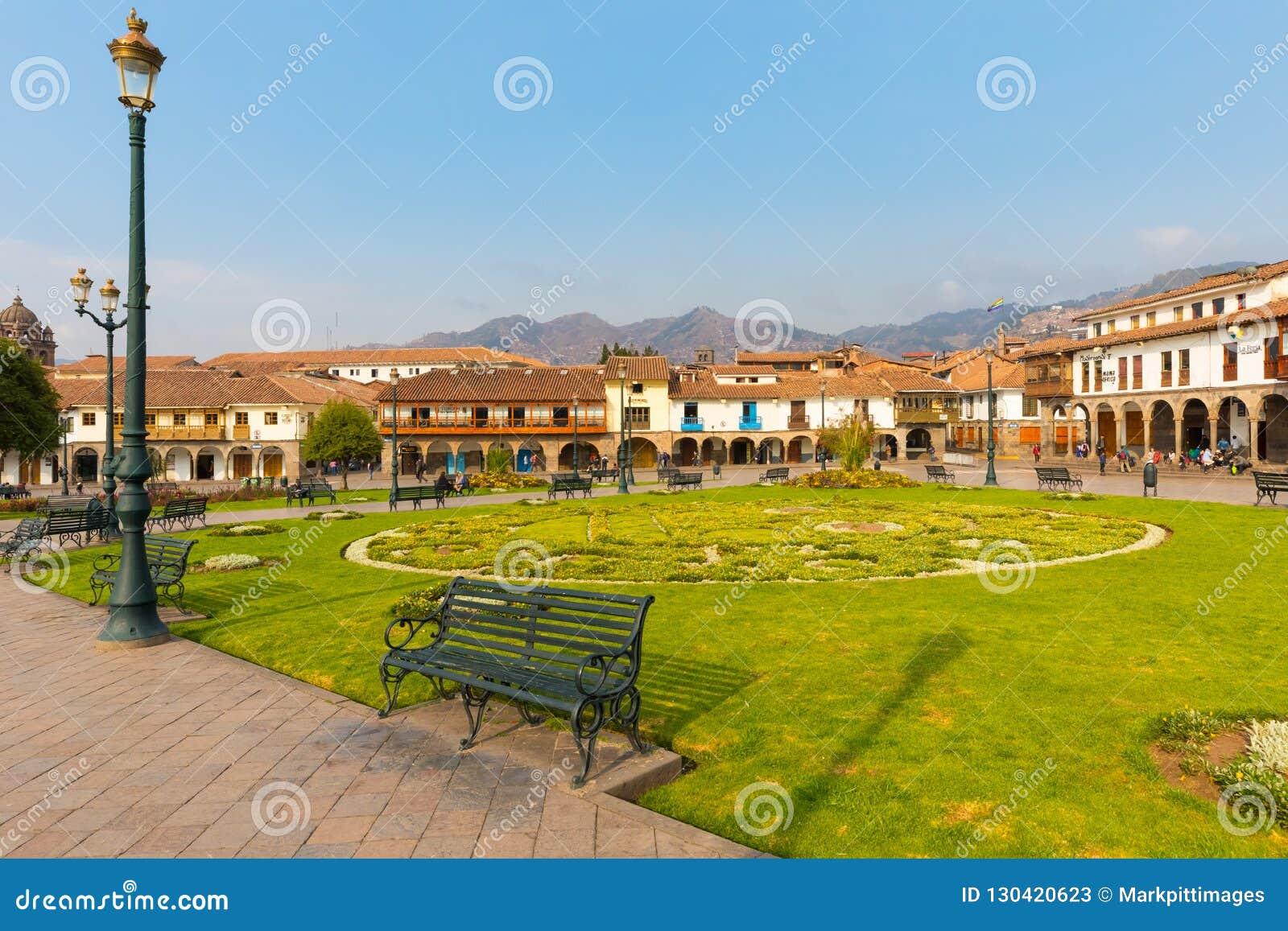 Jardin moulu de défilé et bâtiments historiques de Cuzco au coucher du soleil