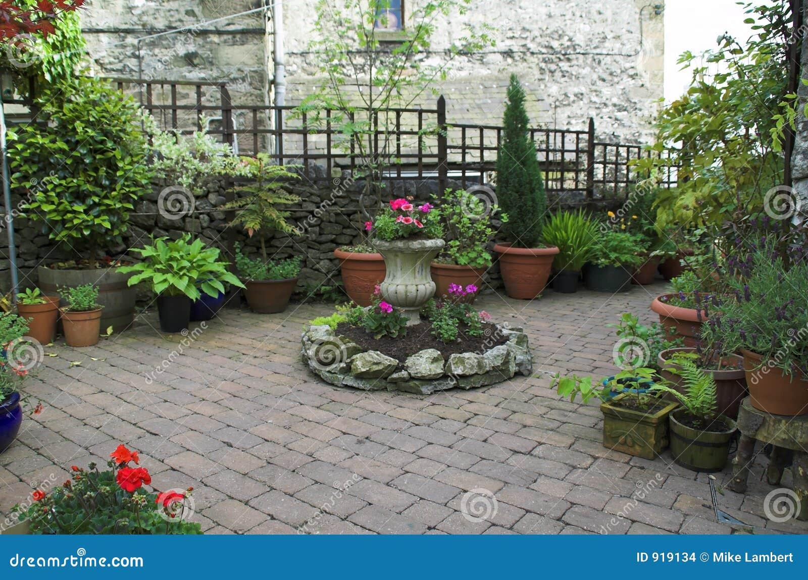 Jardin pav en cailloutis for Cendre dans le jardin