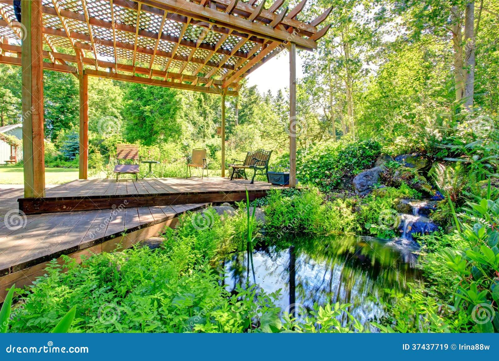 Jardin pittoresque de ferme d 39 arri re cour avec le petit for Jardin pittoresque