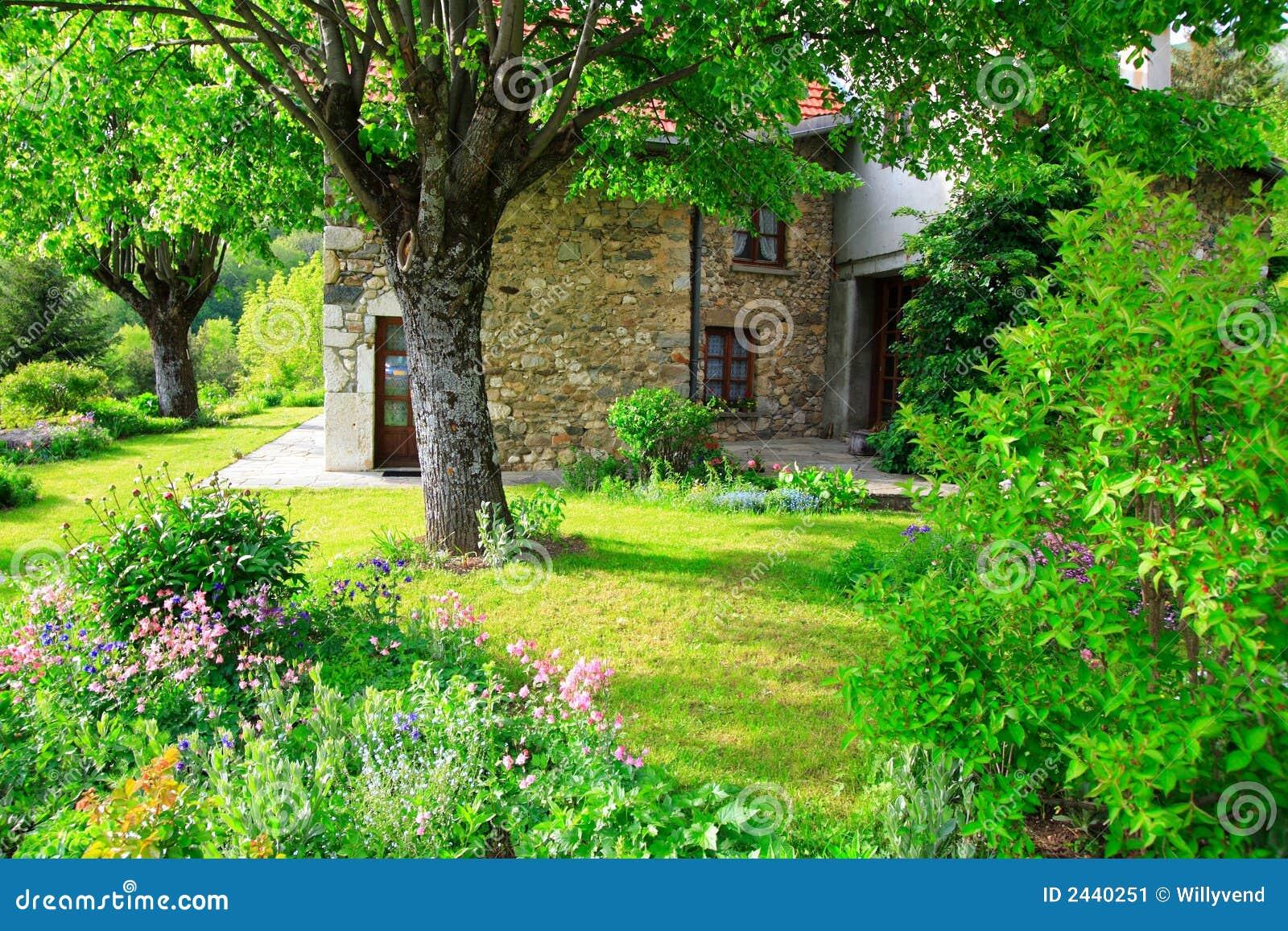Jardin Superbe Et Vieille Maison Image Stock Image 2440251