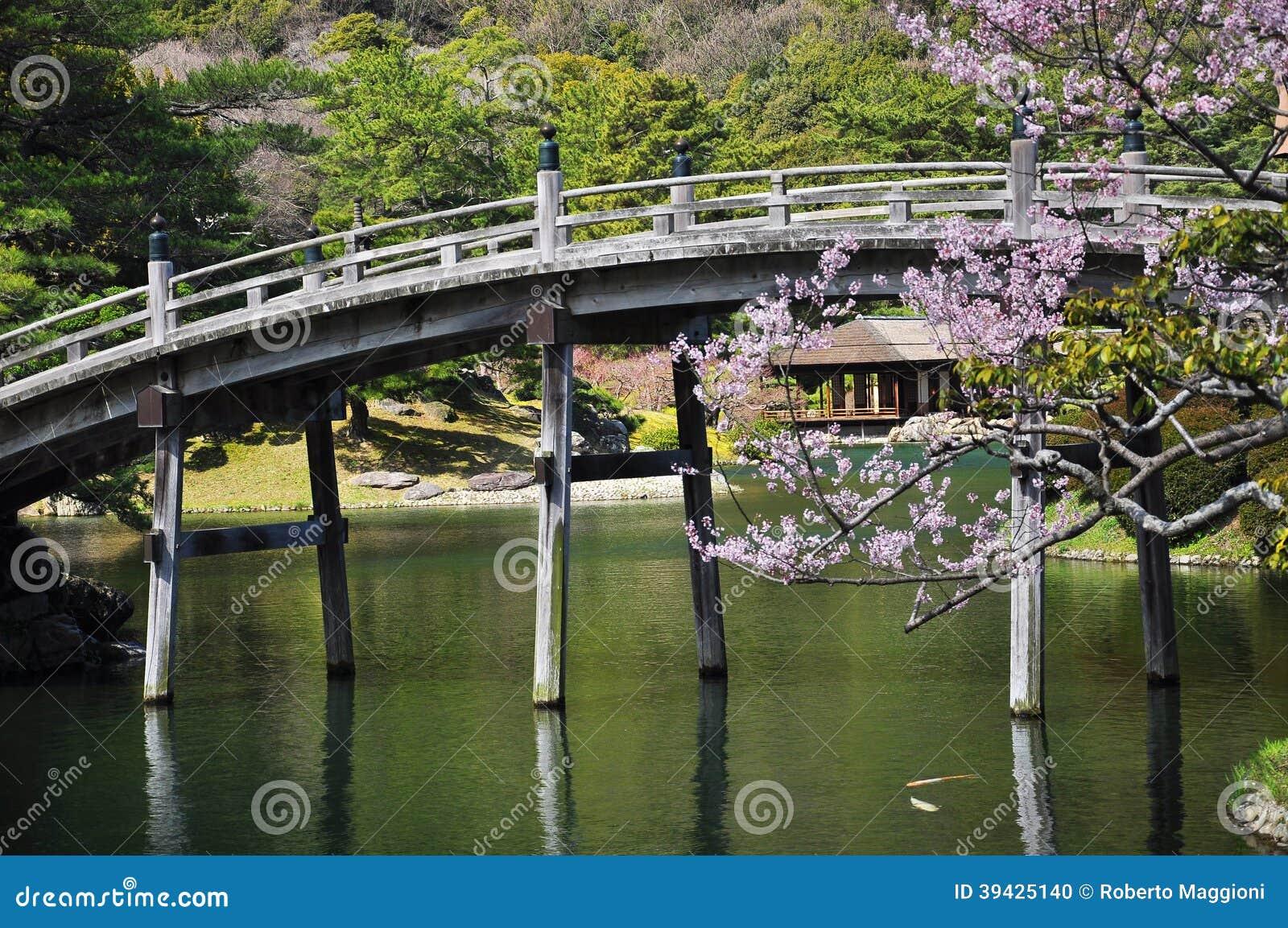 jardin traditionnel japonais pont en bois photo stock image 39425140. Black Bedroom Furniture Sets. Home Design Ideas
