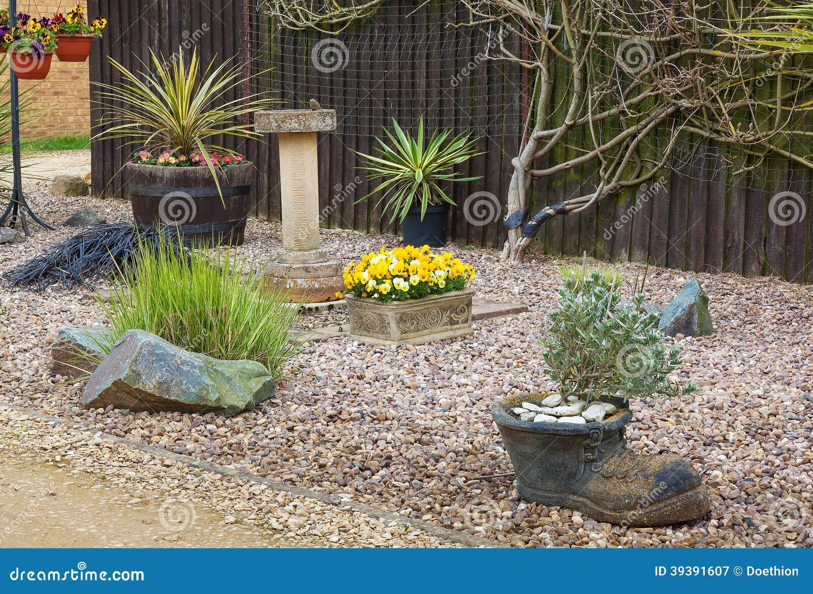 Jardin Urbain De Jardin De Rocaille Avec Des Herbes Et Des