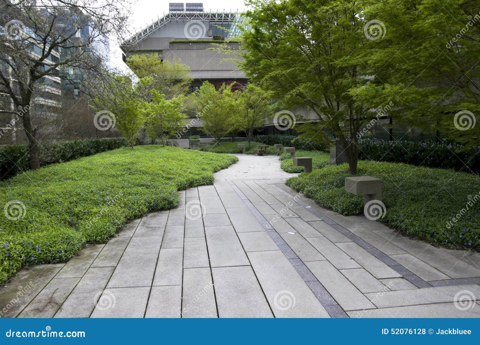 Jardin vert d 39 immeuble de bureaux photo stock image for Jardin vert