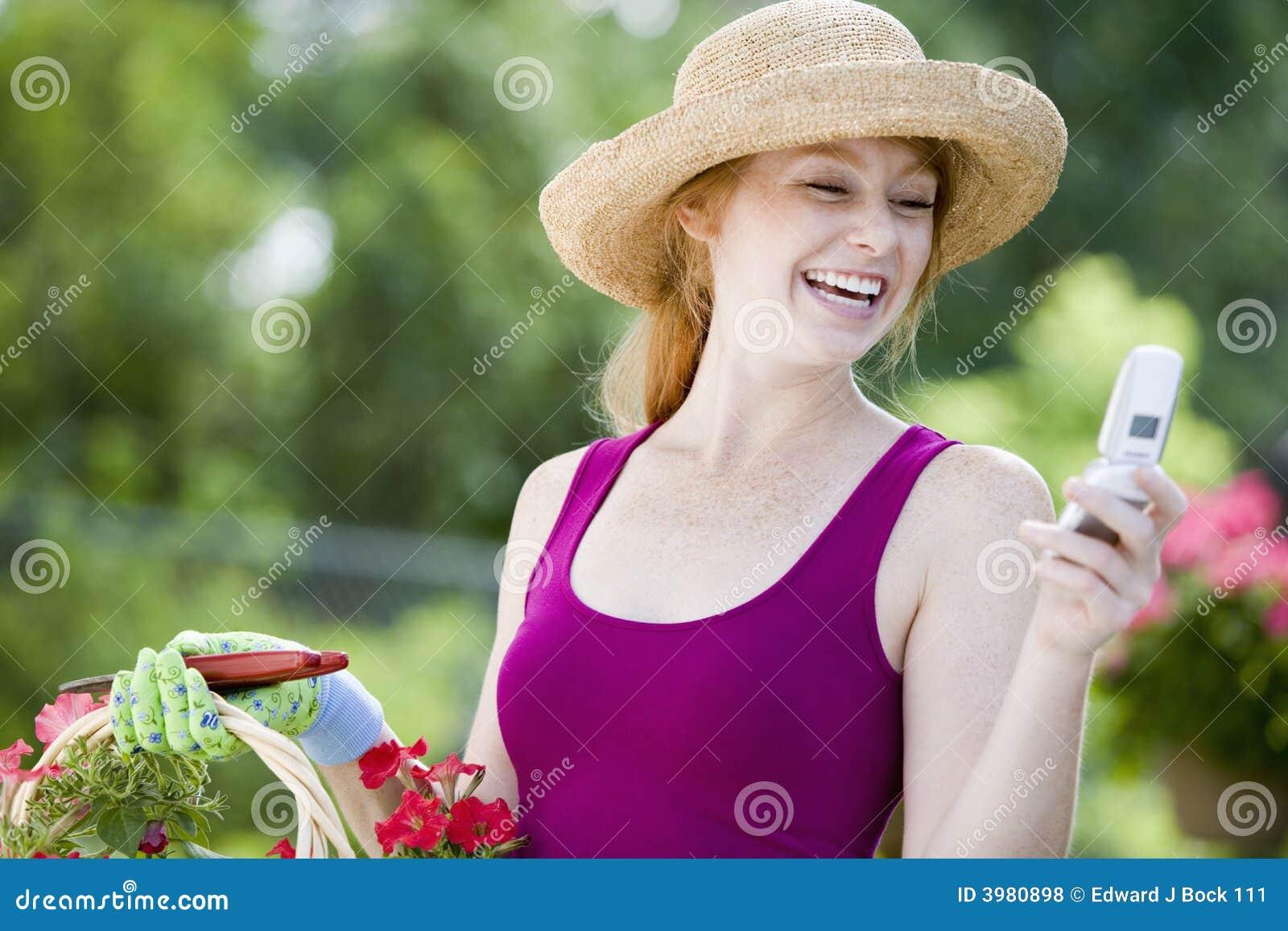 Jardineiro bonito com telefone de pilha