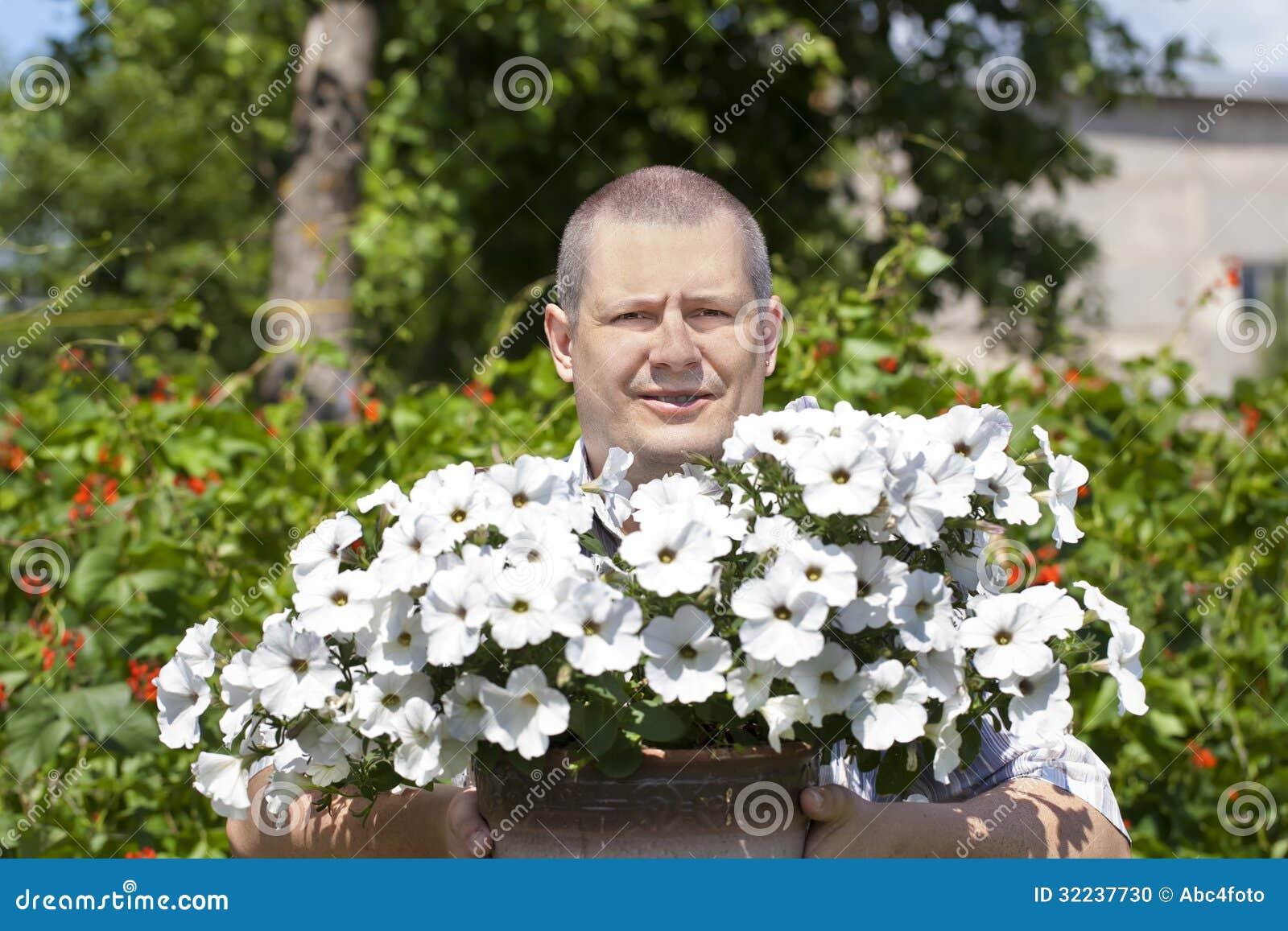 Jardineiro com as flores no jardim