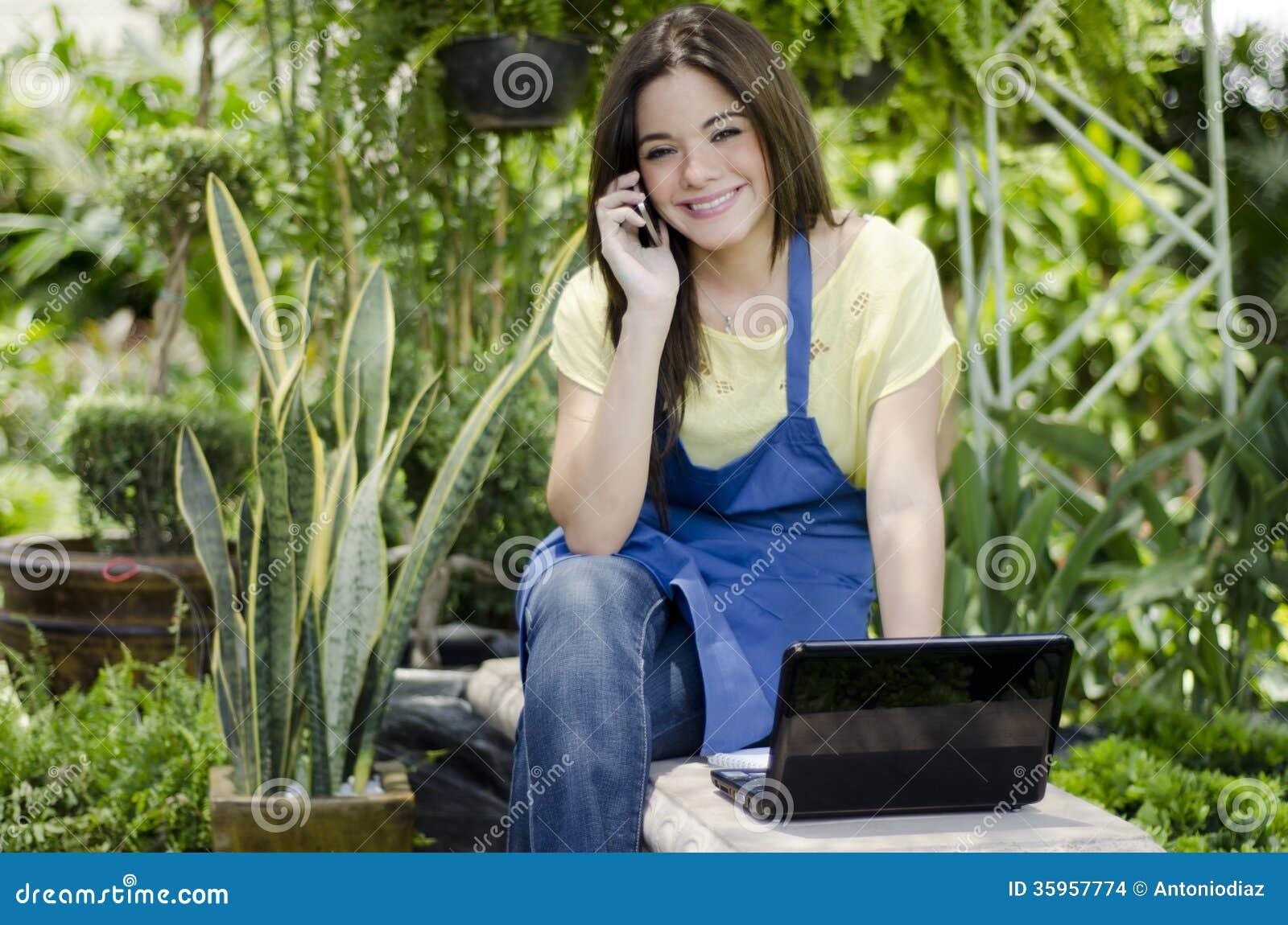 Jardinero bastante de sexo femenino en el trabajo