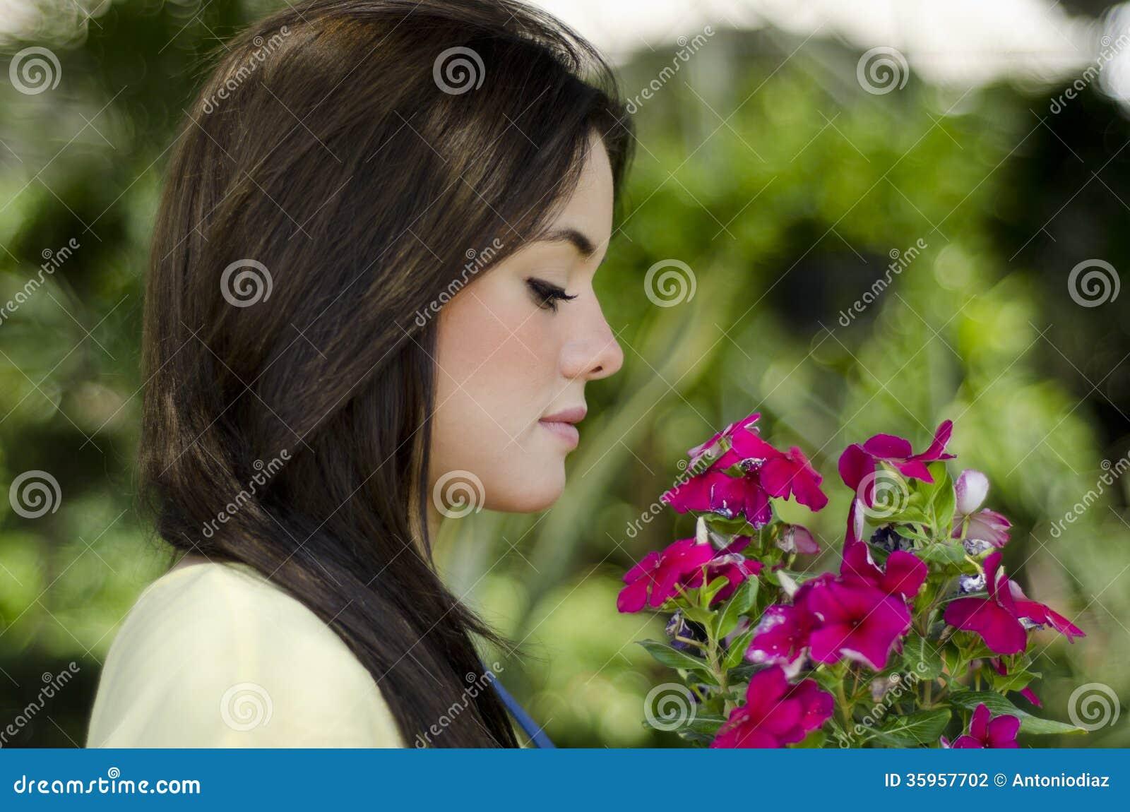 Jardinero bonito con algunas flores