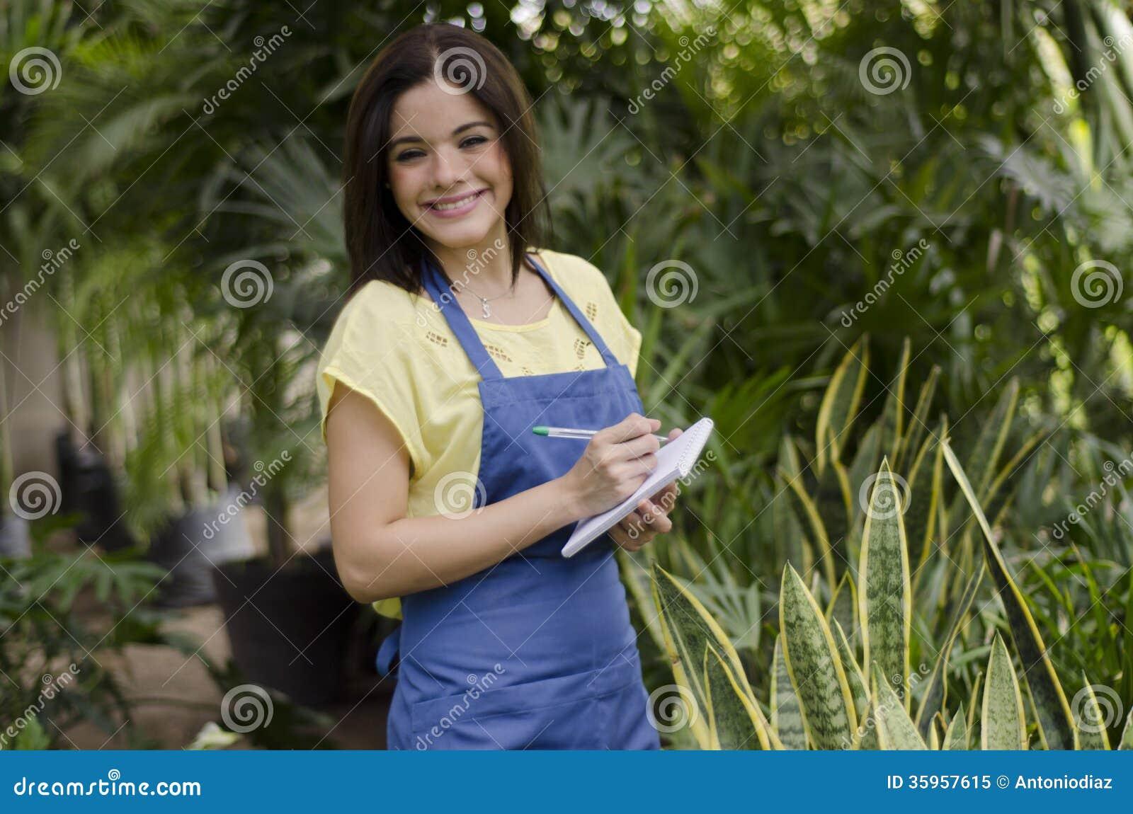 Jardinero de sexo femenino lindo en el trabajo