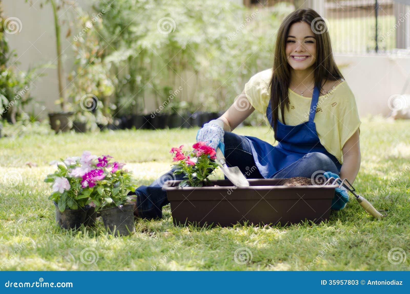 Jardinero de sexo femenino que ama su trabajo