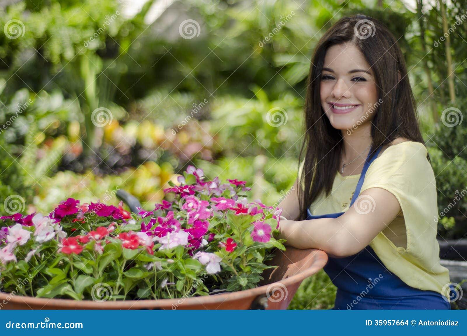 Jardinero de sexo femenino que mueve algunas flores