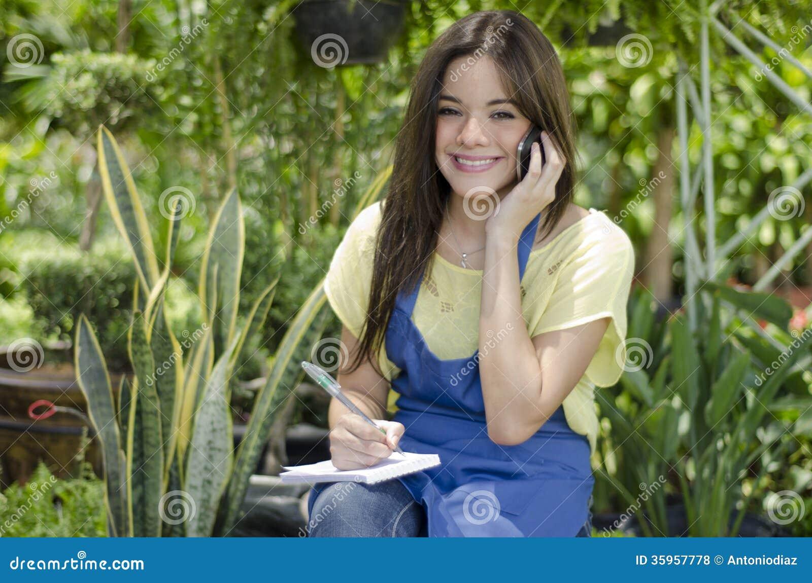 Jardinero de sexo femenino que toma una orden