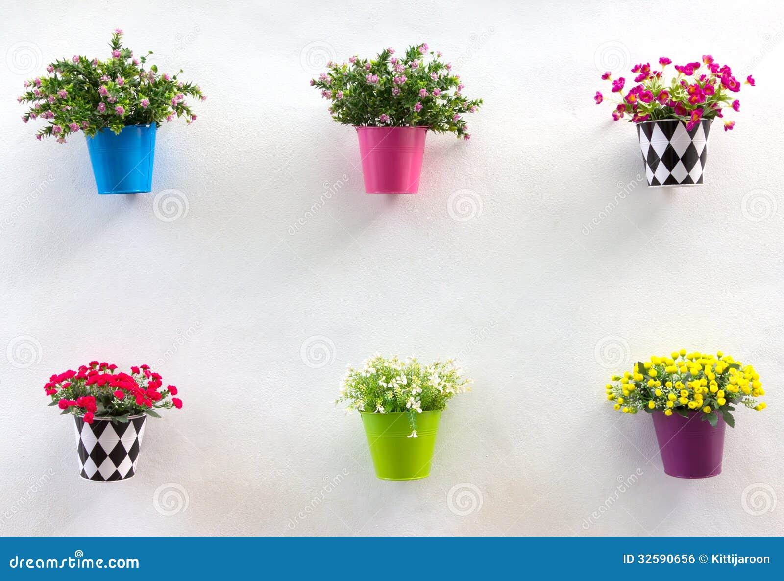 jardiniere et fleur d 39 affichage sur le mur image libre de droits image 32590656. Black Bedroom Furniture Sets. Home Design Ideas