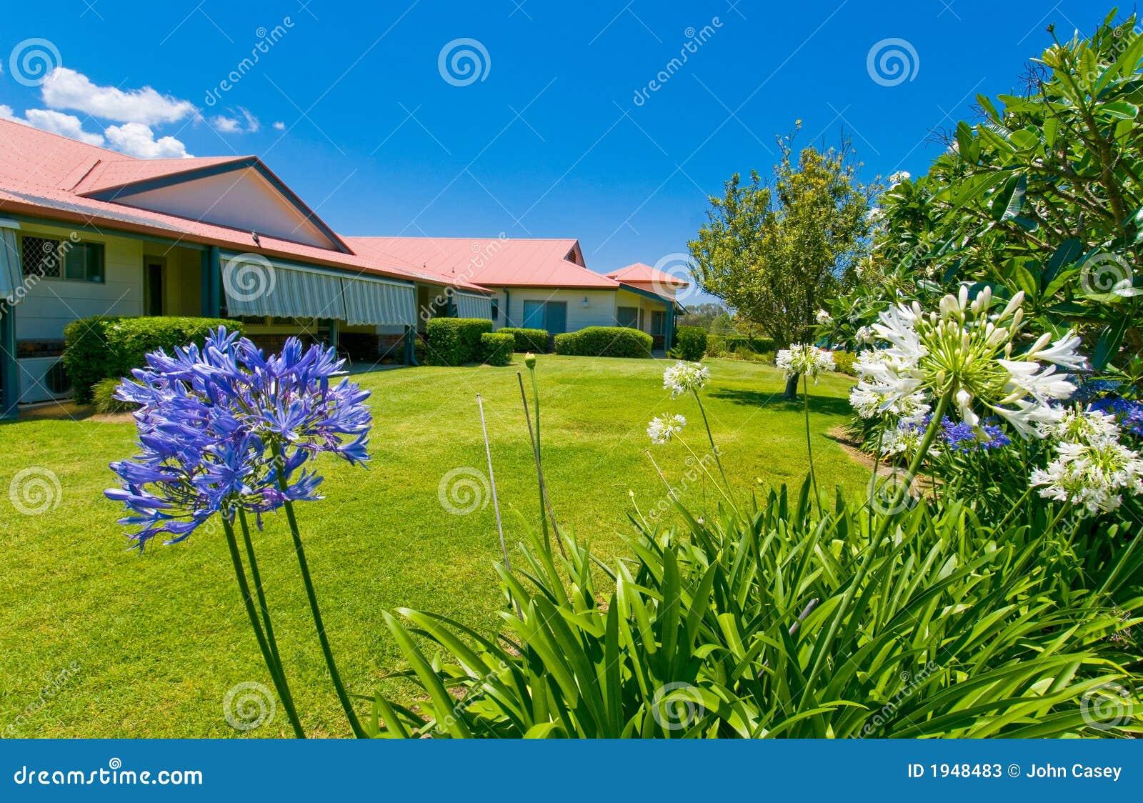 Jardins bonitos na parte traseira da casa imagem de stock for Figuras de jardin baratas
