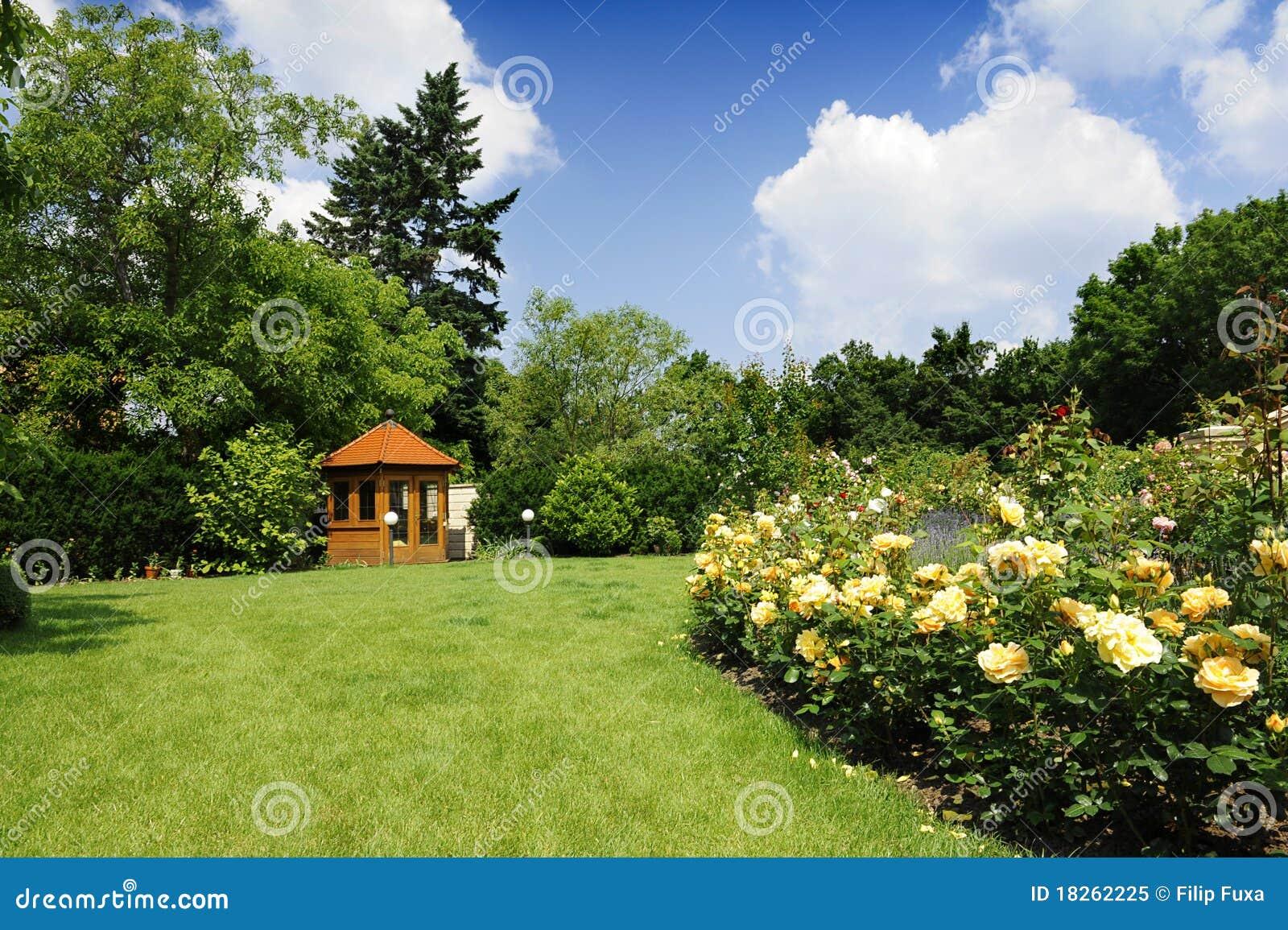 Jard n con las rosas y la lavanda foto de archivo libre de for Jardines de lavanda