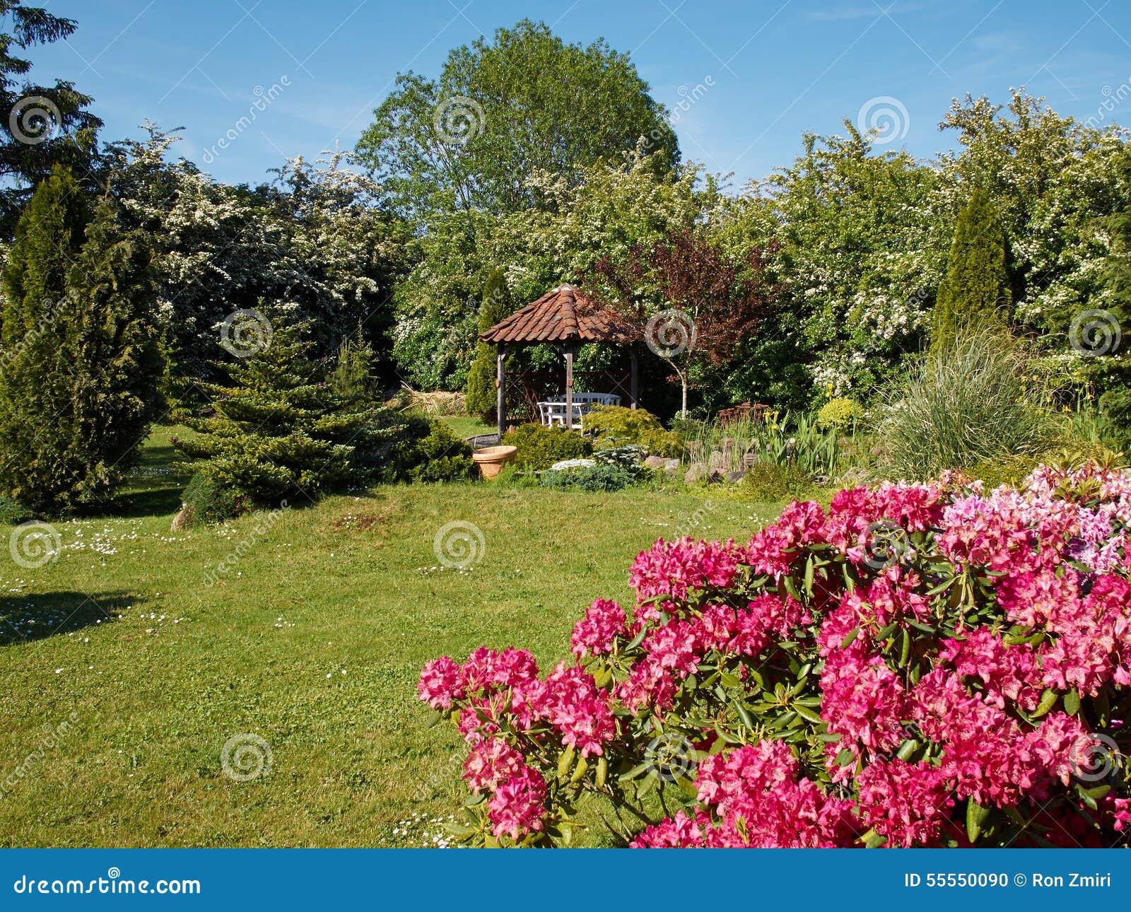 Jard n formal del estilo ingl s atractivo foto de archivo for Jardin en ingles