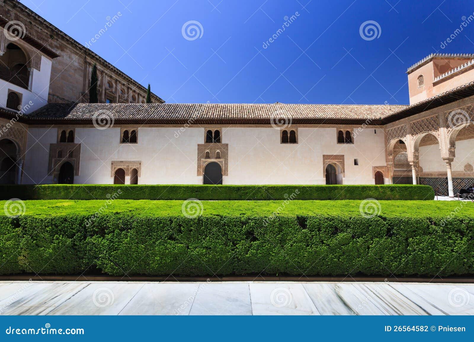 Jard n pac fico del convento con los setos verdes claros for Jardin del convento