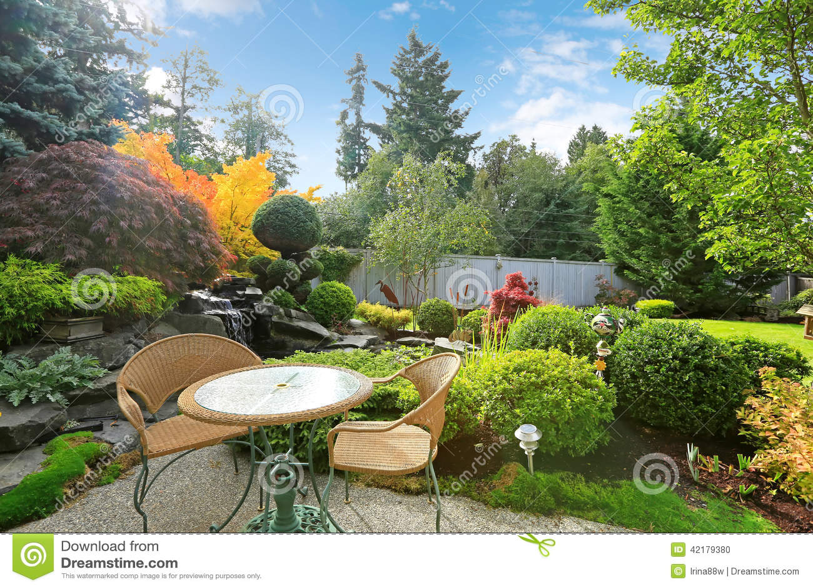 Jard n tropical casero con el sistema de mimbre de la for Diseno de jardines caseros