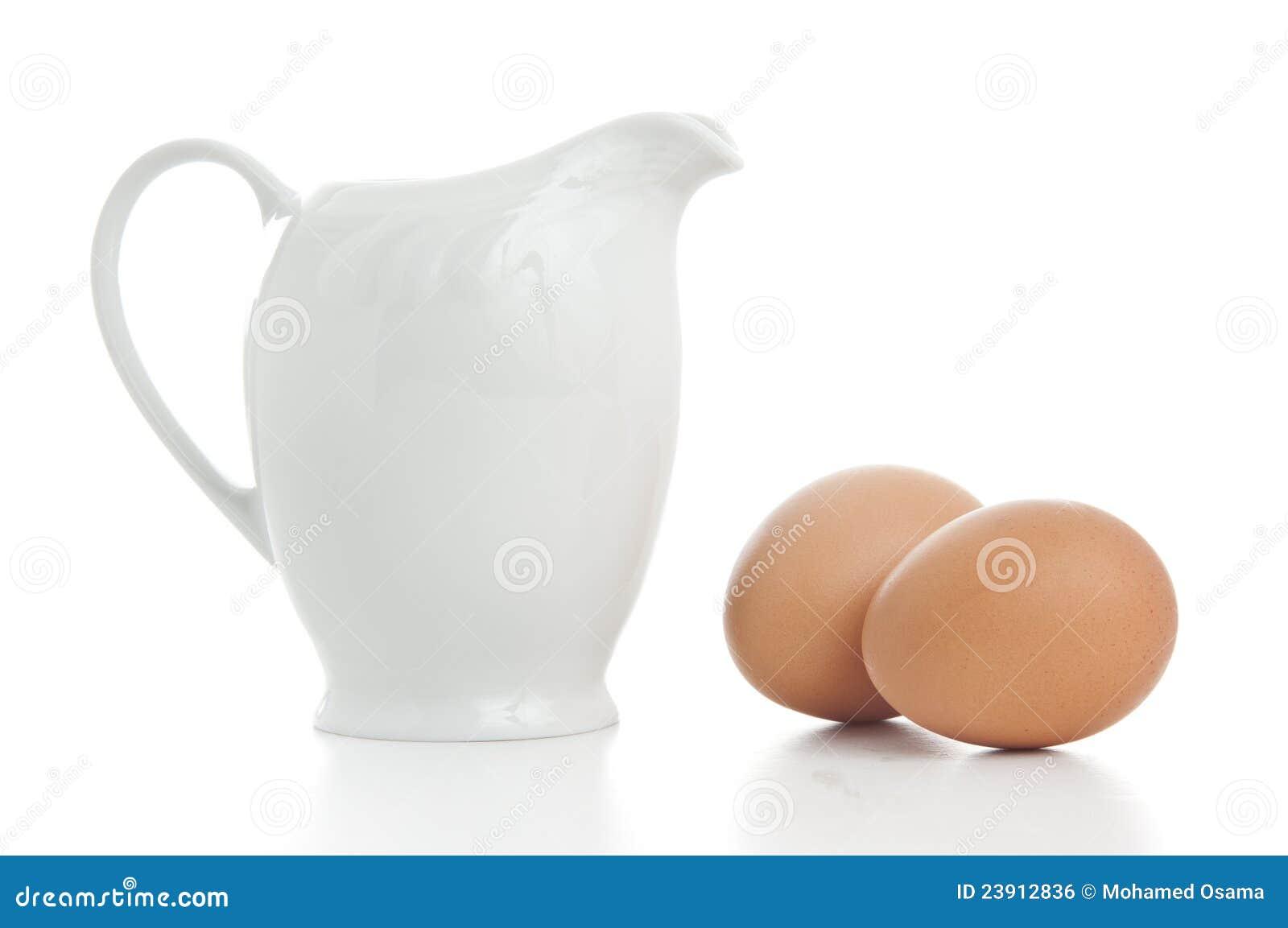 Jarro de leite com ovos