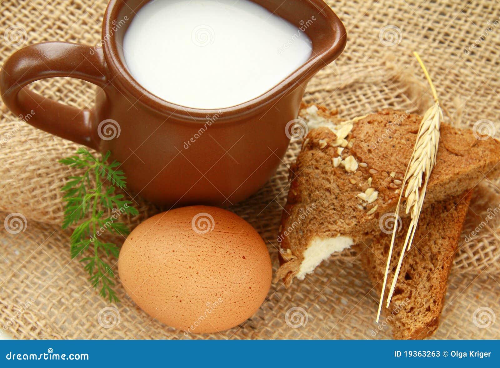 Jarro de vidro com leite e ovos