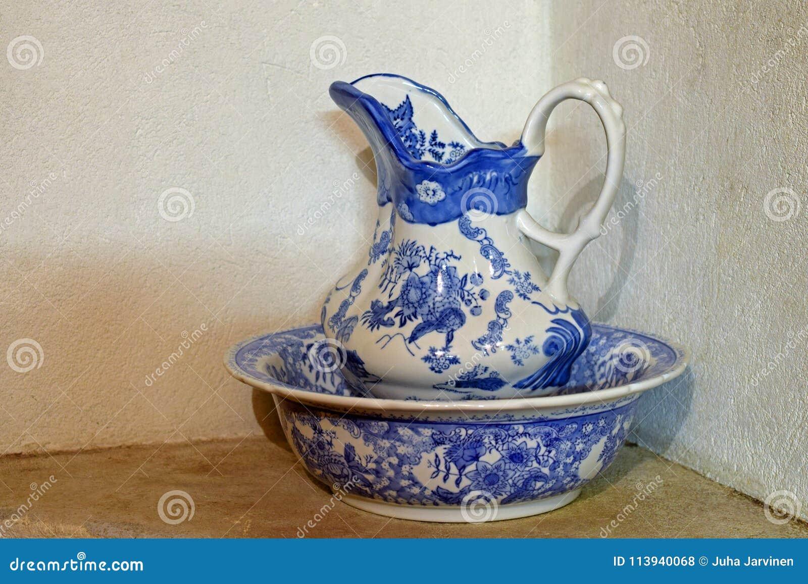 Jarro e bacia da porcelana