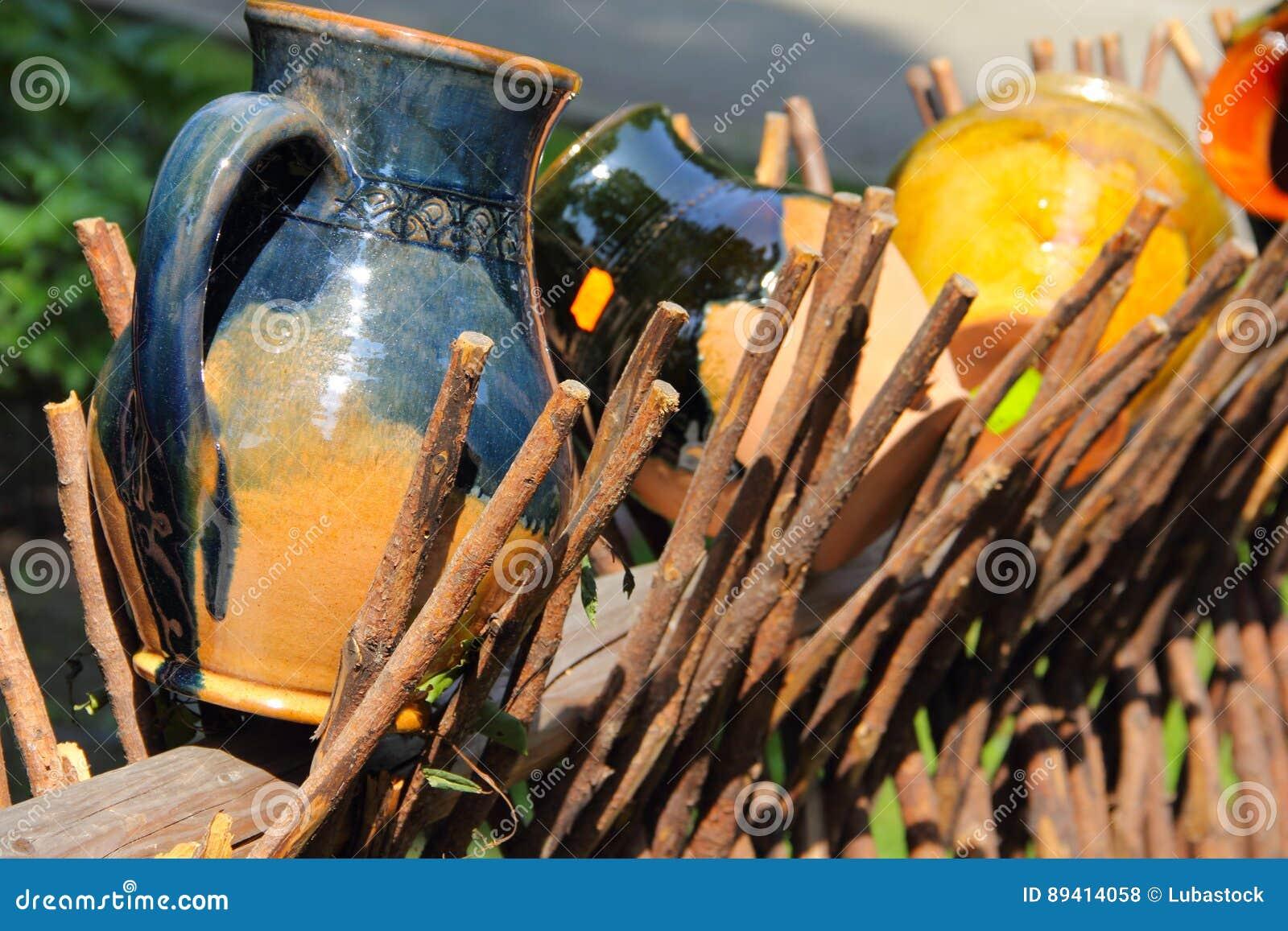 Jarros da argila na cerca