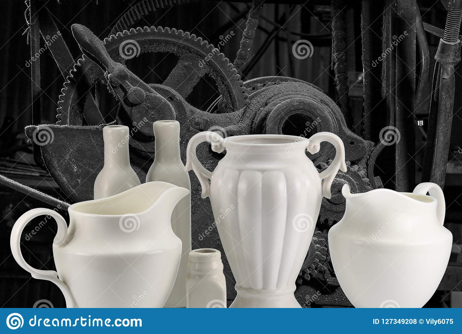 Jarros e garrafas brancos da porcelana no fundo da máquina mim