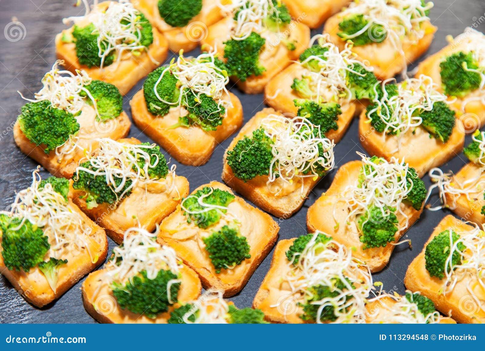 Jarski canape z brokułami