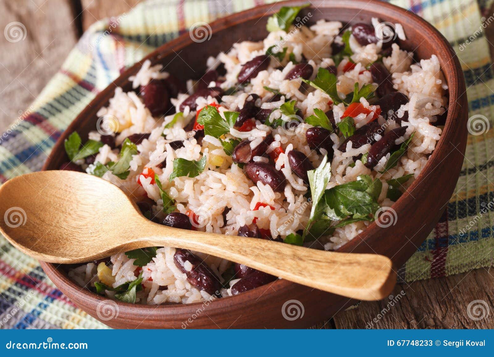 Jarski jedzenie: ryż z czerwonymi fasolami w pucharu zakończeniu horyzont