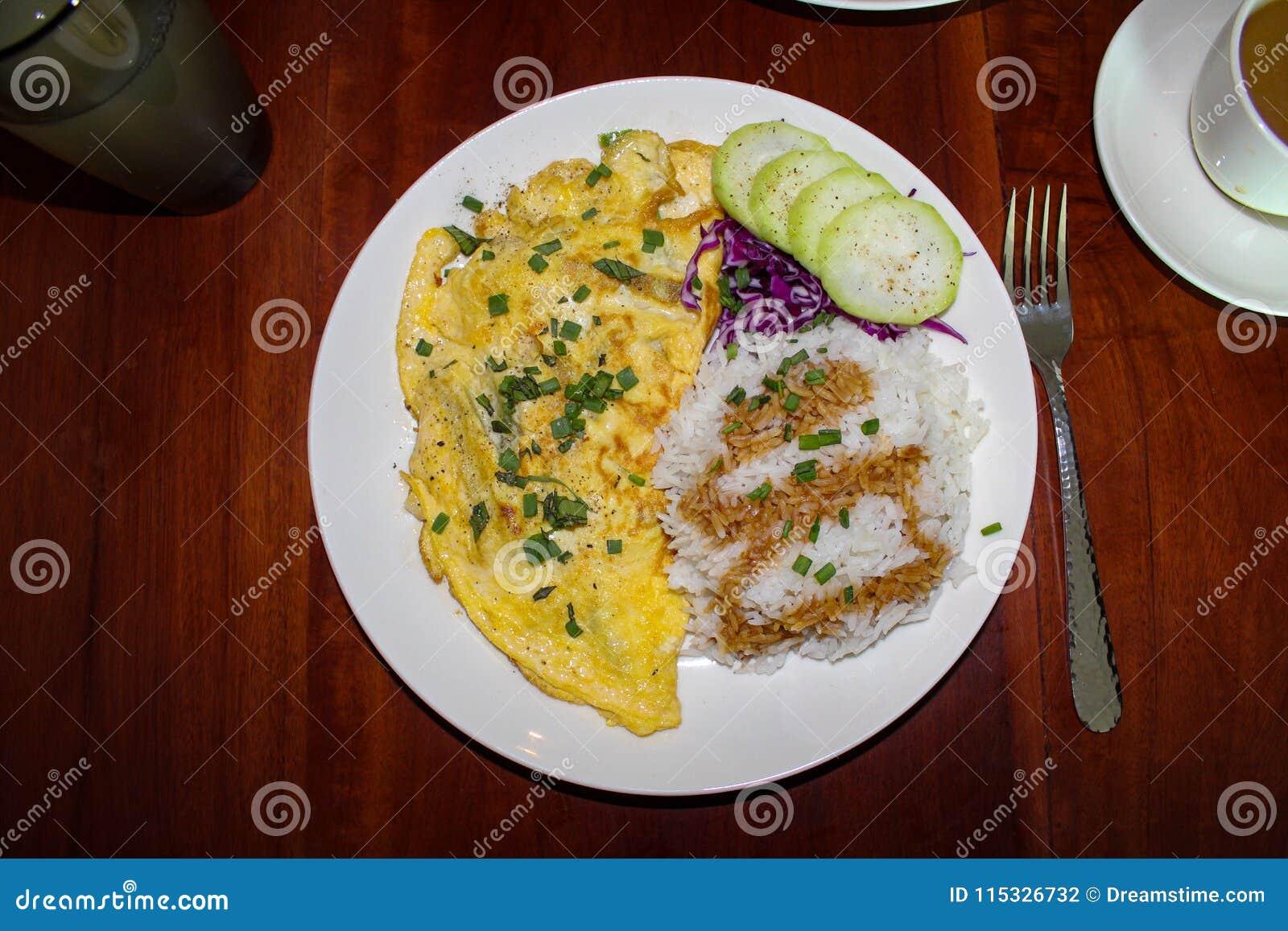 Jarski omelette i ryż dla śniadania