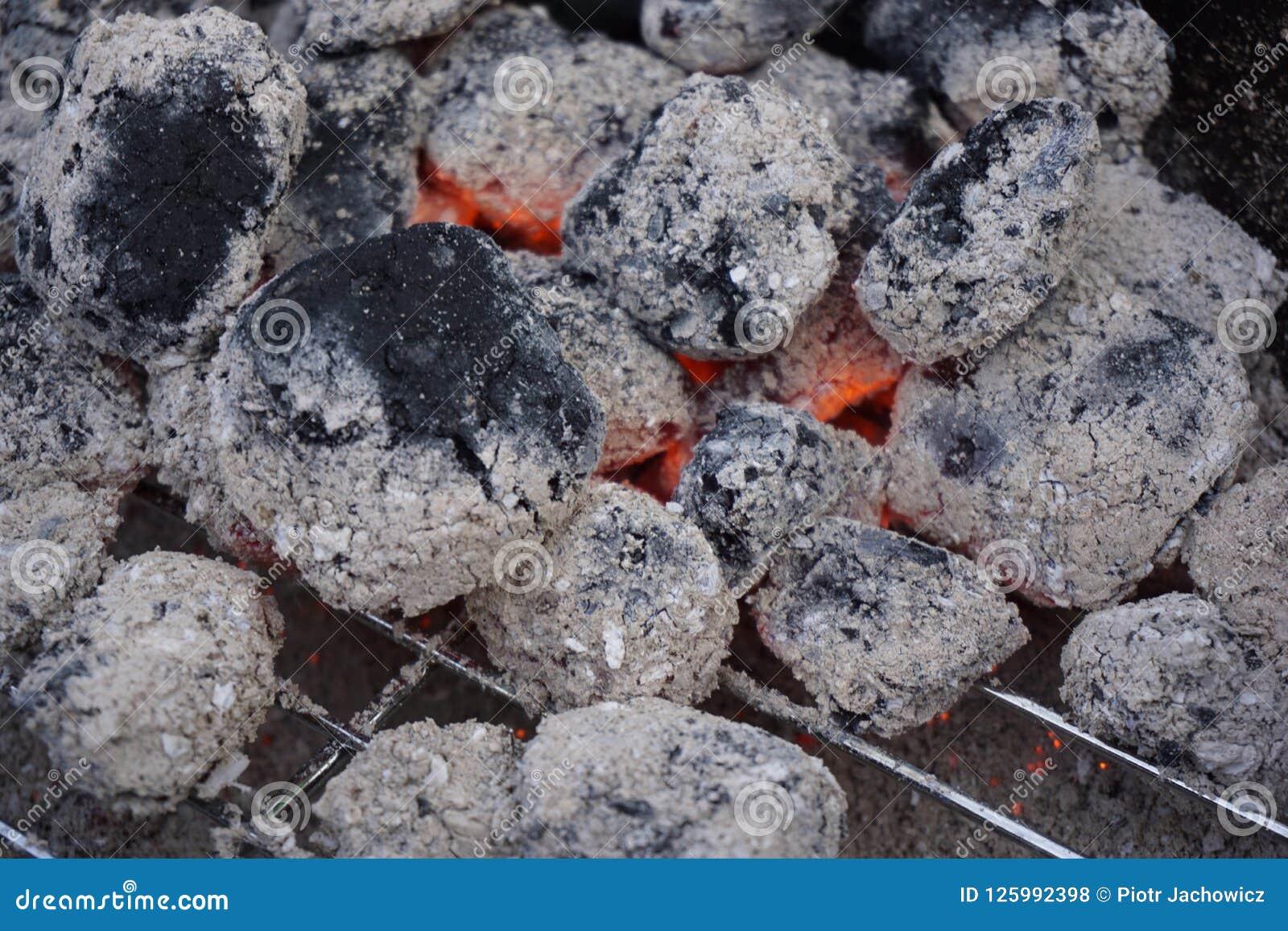 Jarzy się kawałki węgiel drzewny kłamają na grillu