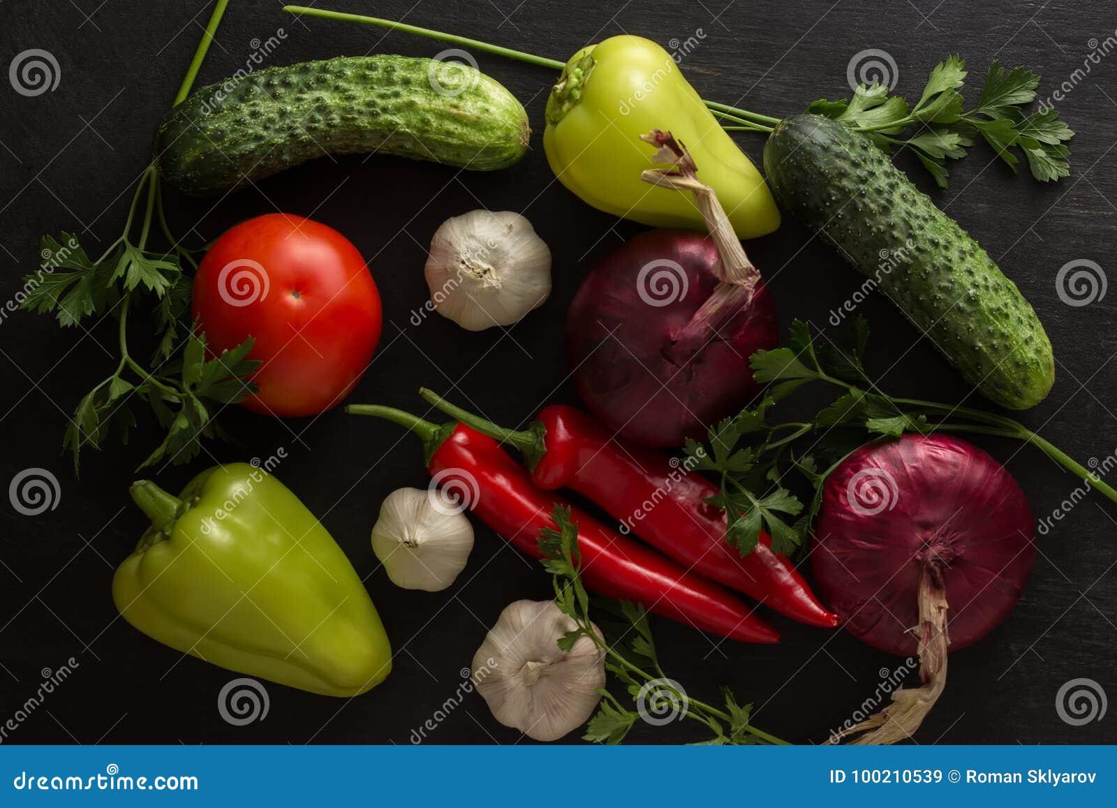 Jarzynowy asortyment ogórki, cebulkowi pomidory z czosnkiem i pieprz, gorzki i słodki