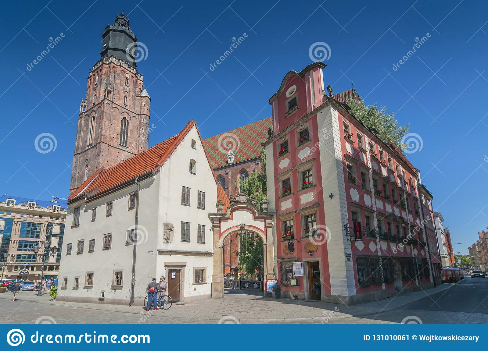Jas en van Malgosia Johnny en van Mary miniatuurhuizen en St Elizabeth Church in Wroclaw, Silesië, Polen