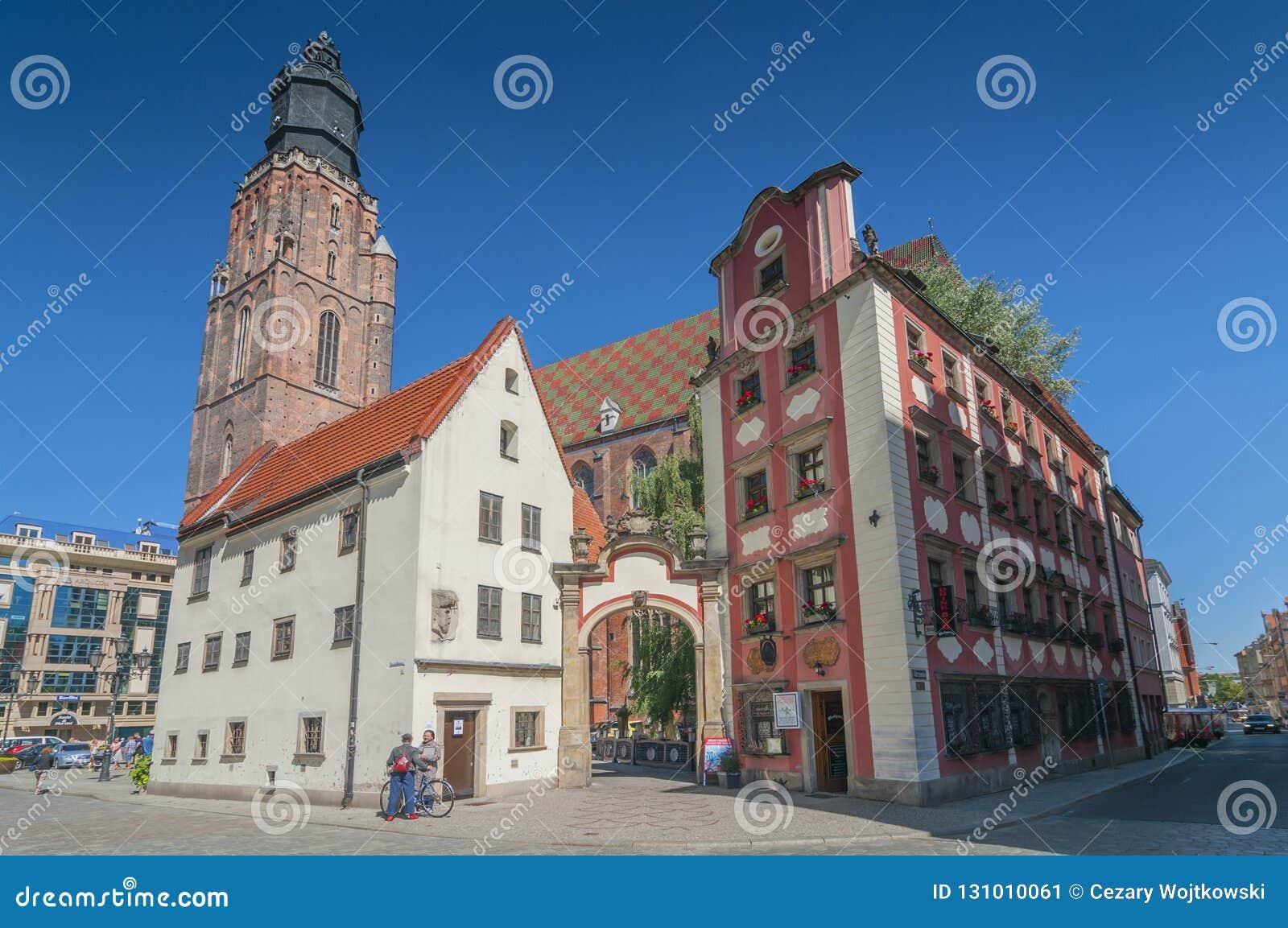 Jas och Malgosia Johnny och Mary miniatyrhus och St Elizabeth Church i Wroclaw, Silesia, Polen