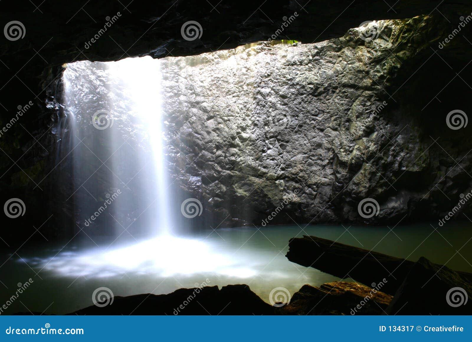Jaskini brydża naturalnej wodospadu