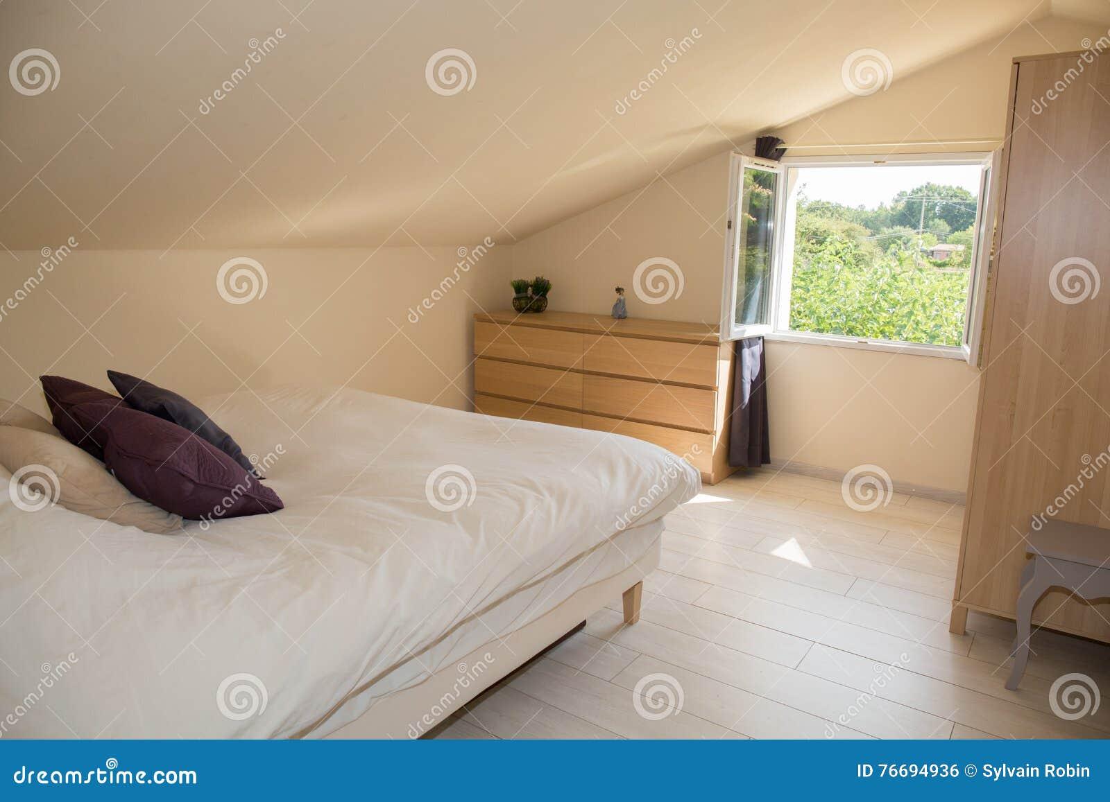 Jaskrawa Sypialnia W Attyku Z Dużym łóżkiem Zdjęcie Stock